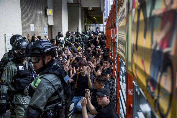 2019年10月16日,林鄭月娥於立法會發表施政報告,有立法會議員把示威標語投影在會議廳。