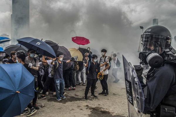 2019年6月12日,大批市民佔領金鐘立法會大樓外及附近道路,阻止《逃犯條例》修訂草案二讀在立法會舉行,其後爆發警民衝突,防暴警察向示威者施放催淚彈。