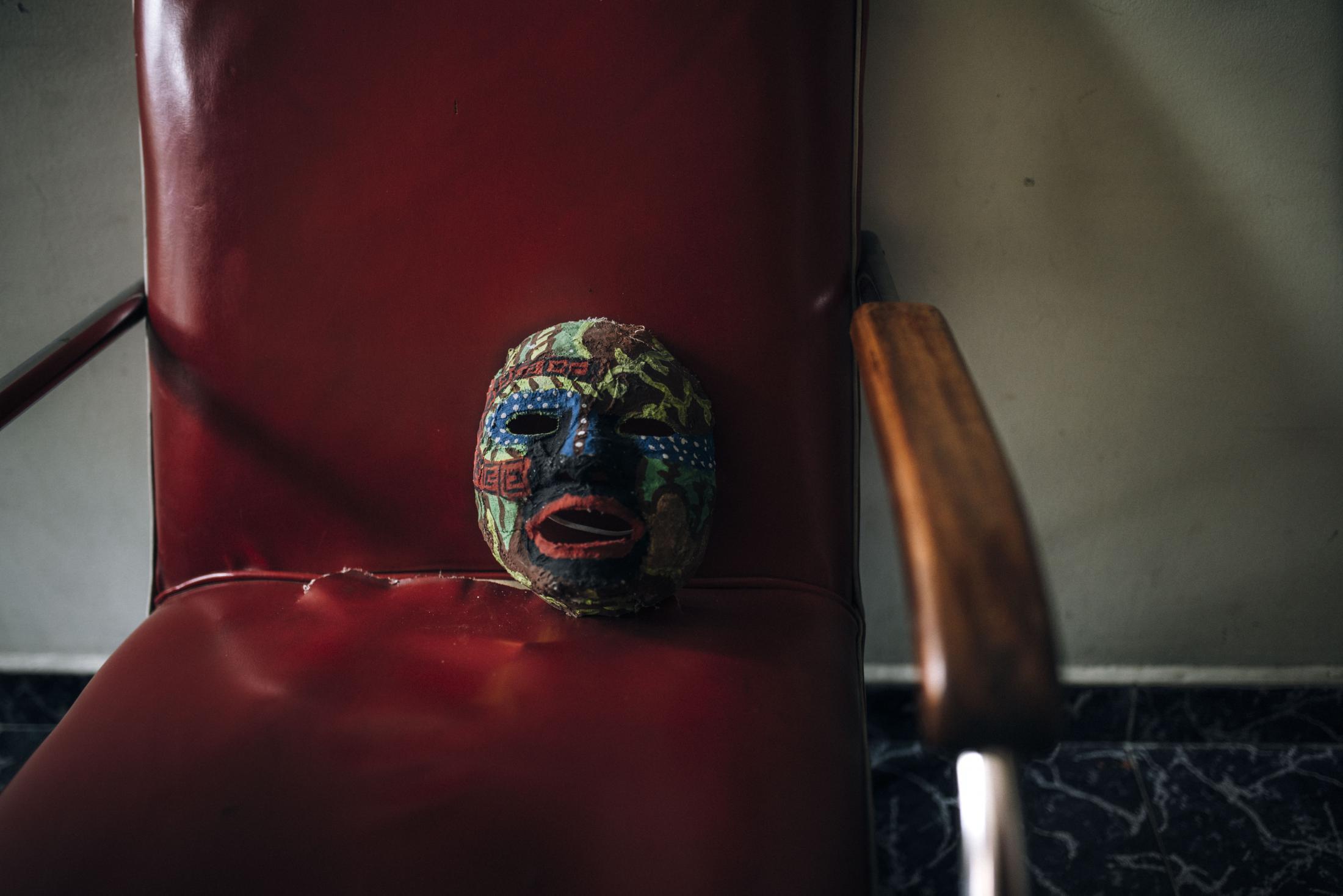 Con máscaras como estas líderes sociales dejan una huella simbólica en una casa de acogida en Bogotá que brinda refugio a líderes desplazados y en situaciones de alto riesgo.