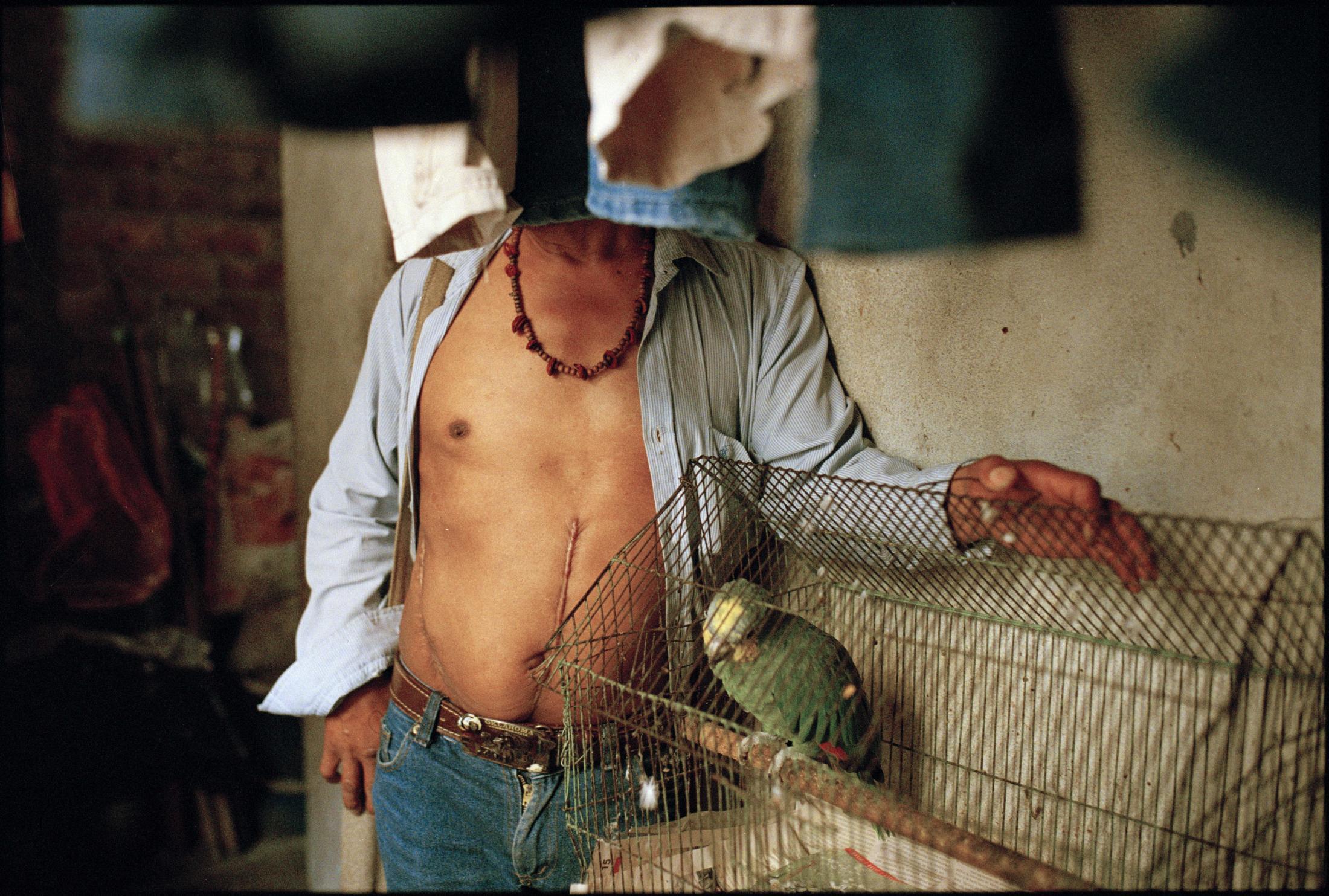 Un líder social involucrado en gestiones barriales y articulaciones de la comunidad con las entidades distritales posa para un retrato en el patio de ropas de su casa. En 2016 fue víctima de asalto con arma blanca cuando llegaba tarde en la noche a su vivienda en el sur de Bogotá. Su asaltante no intentó robarlo, solo herirlo.