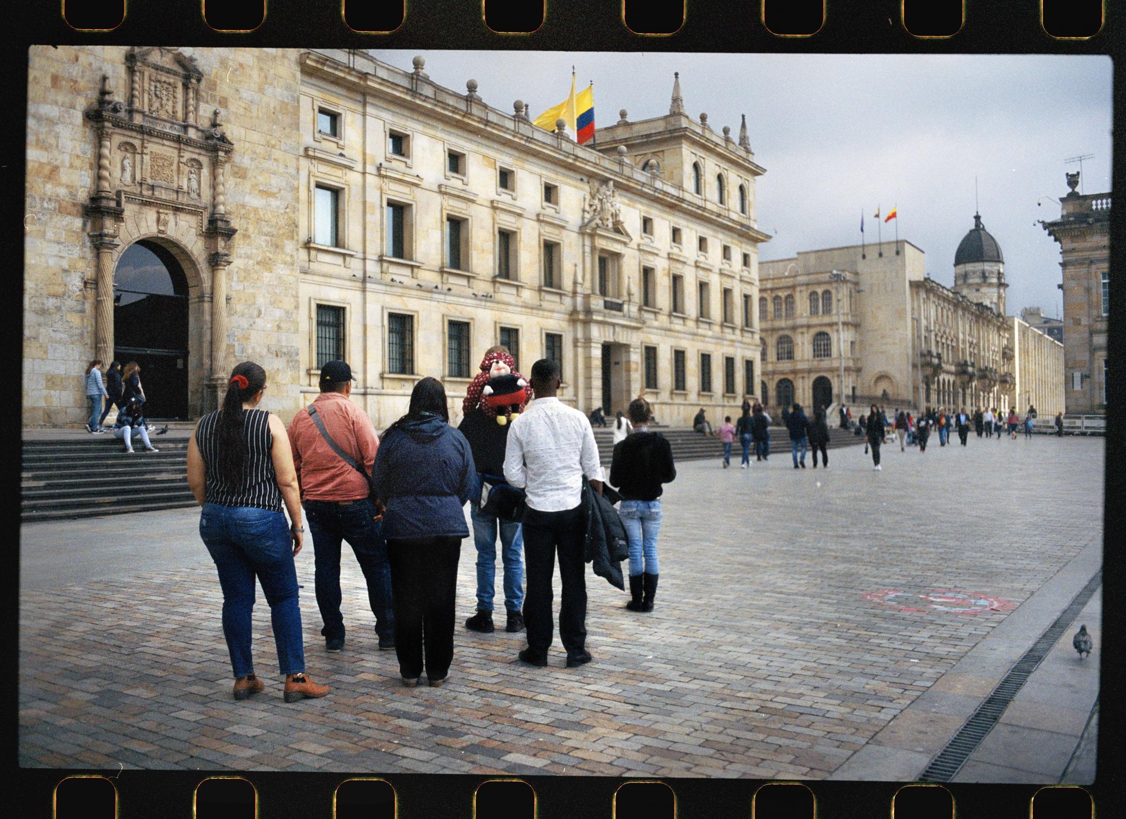 Un grupo de líderes sociales que llegaron desplazados a Bogotá de los departamentos de Bolívar, Córdoba, Huila, Santander, Valle del Cauca y Nariño posan con sus familias para un retrato en la Plaza de Bolívar. Todos ellos manifiestan que huir a la capital es un arma de doble filo, es un mecanismo de auto protección que les permite escapar del peligro pero a su vez significa el descuido si no la renuncia de su liderazgo.