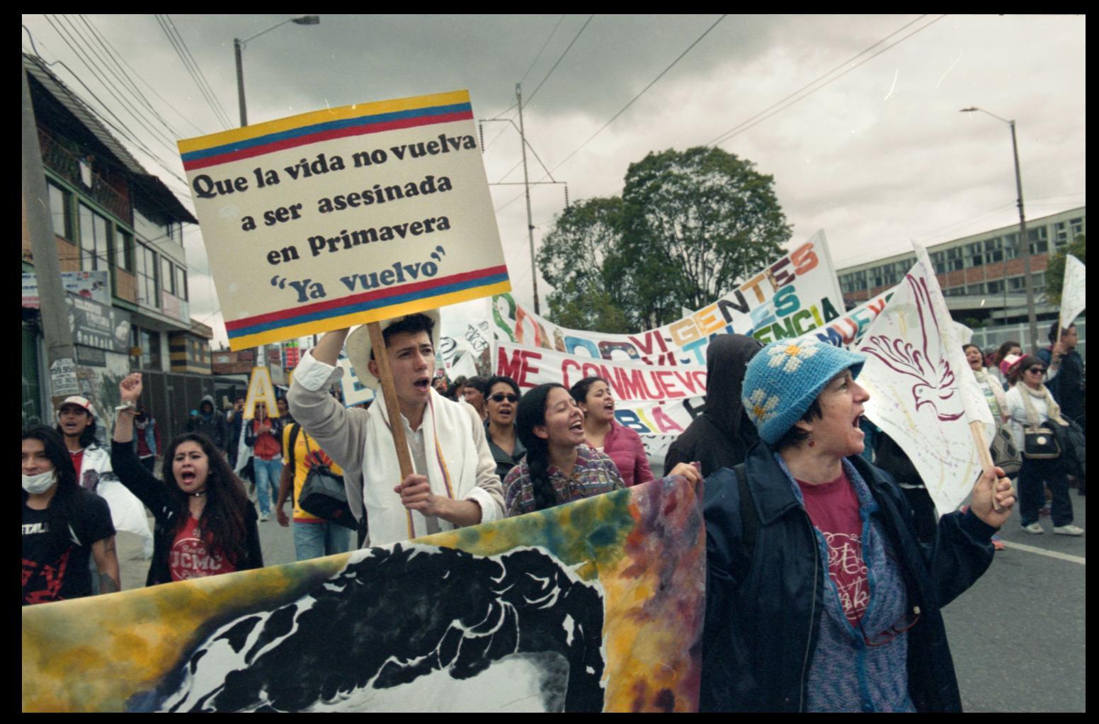 Manifestantes protestan por el asesinato de líderes sociales durante una de las marchas de oposición el día de la posesión del presidente Iván Duque.