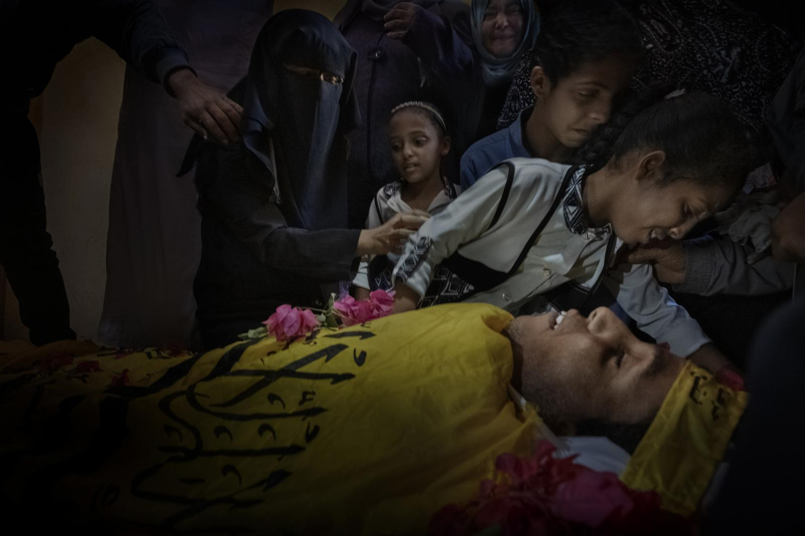 One of the daughters of PalestinianYahya Hasanat, 37, cries over his death caused by shots fired by Israeli troops during the Great March protests (Gaza).