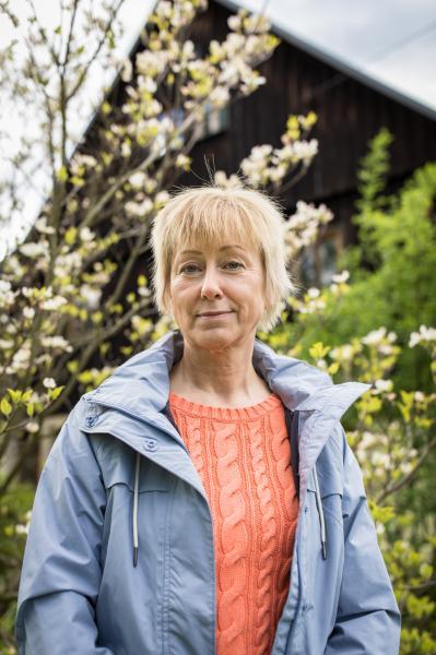 Iris Gutmann for ZEIT Online ------------ Iris Gutmann, 56, porträtiert im Garten Ihres Hauses in Sebnitz, Deutschland, 10. Mai 2019.