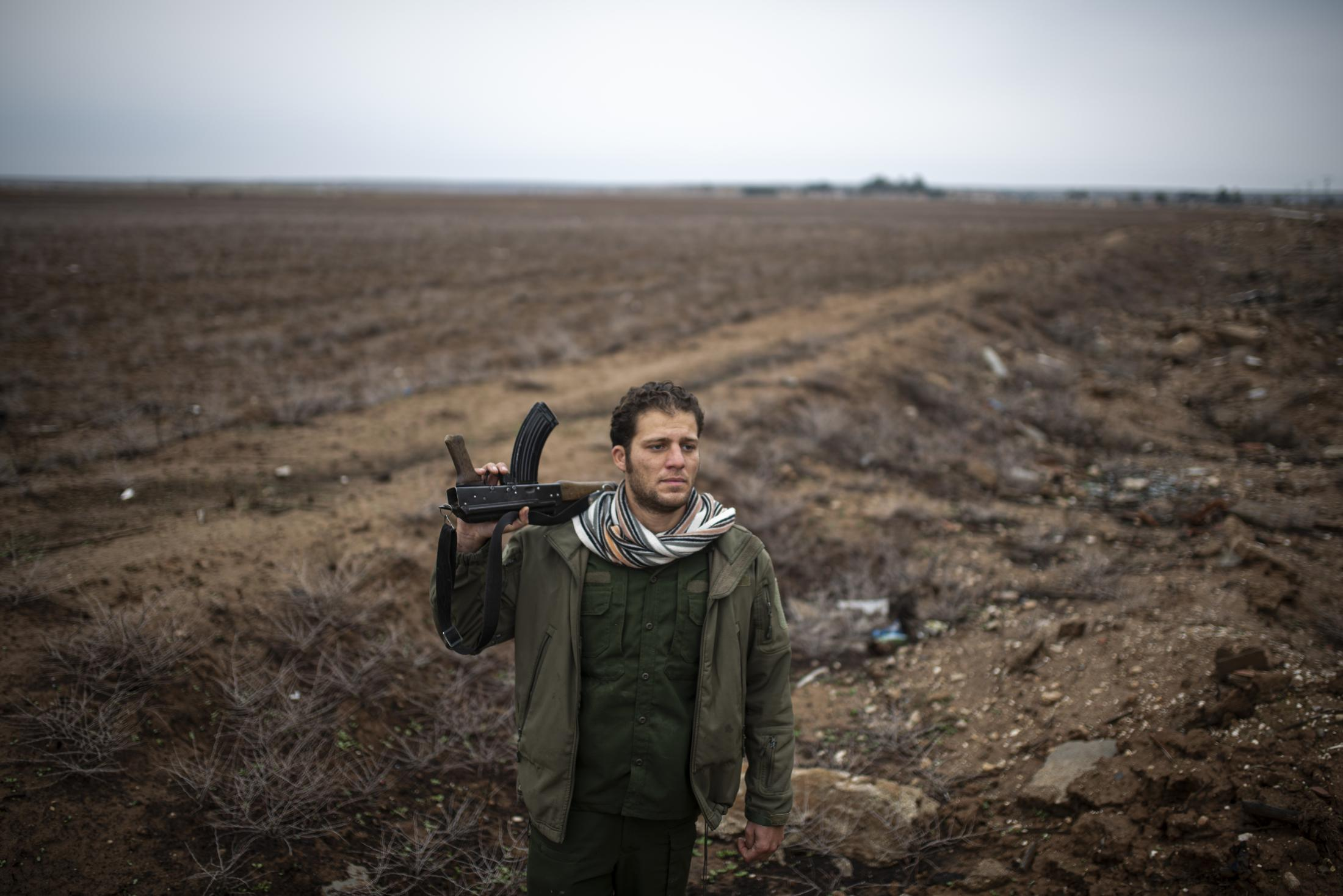 A portrait of a YPG soldier in a checkpoint of Tel Nasri, few kilometers far away from the frontline against yihadist and Turkish Army. After the withdrawal of US troops from northern Syria in October 2019, Turkey launched an offensive against the predominantly Kurdish areas in the northeast of the country along Islamist forces. Calls for war crimes investigations into the conduct of Ankara-backed militias are mounting ever since. (Andoni Lubaki / Euskal Fondoa)