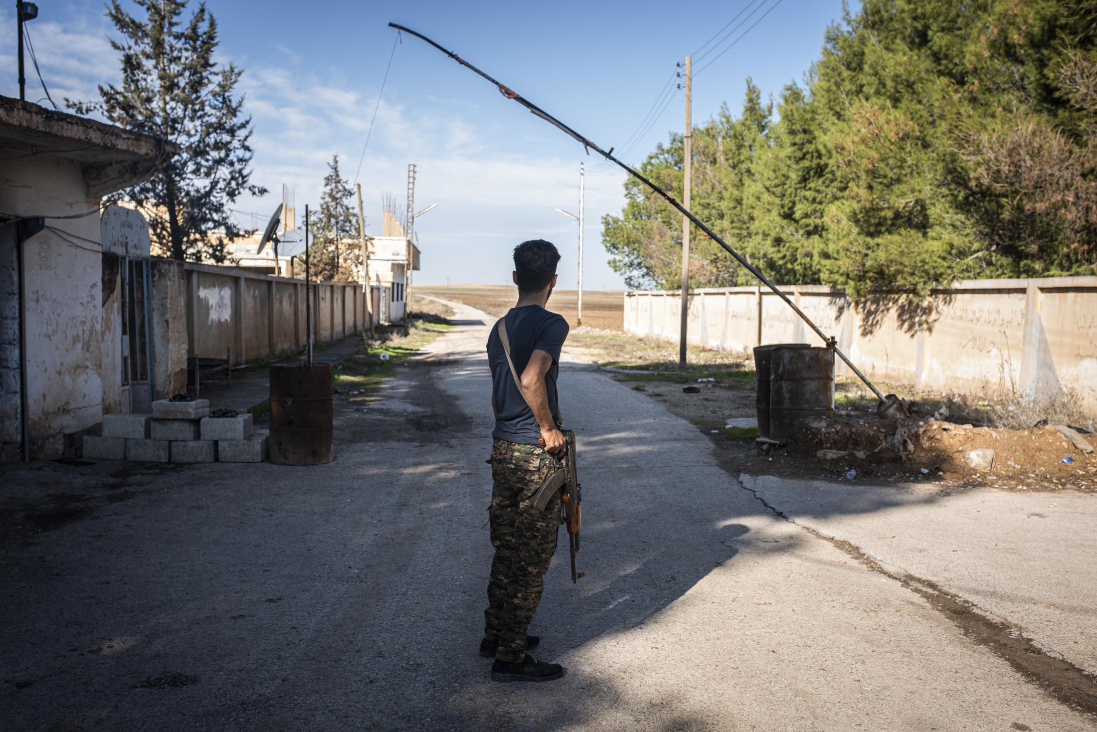 A christian militia soldier in the last checkpoint in the Tel Nasri frontline. After that point there is only open field where the yihadists supported by Turkish Army are trying to capture the town. After the withdrawal of US troops from northern Syria in October 2019, Turkey launched an offensive against the predominantly Kurdish areas in the northeast of the country along Islamist forces. Calls for war crimes investigations into the conduct of Ankara-backed militias are mounting ever since. (Andoni Lubaki / Euskal Fondoa)