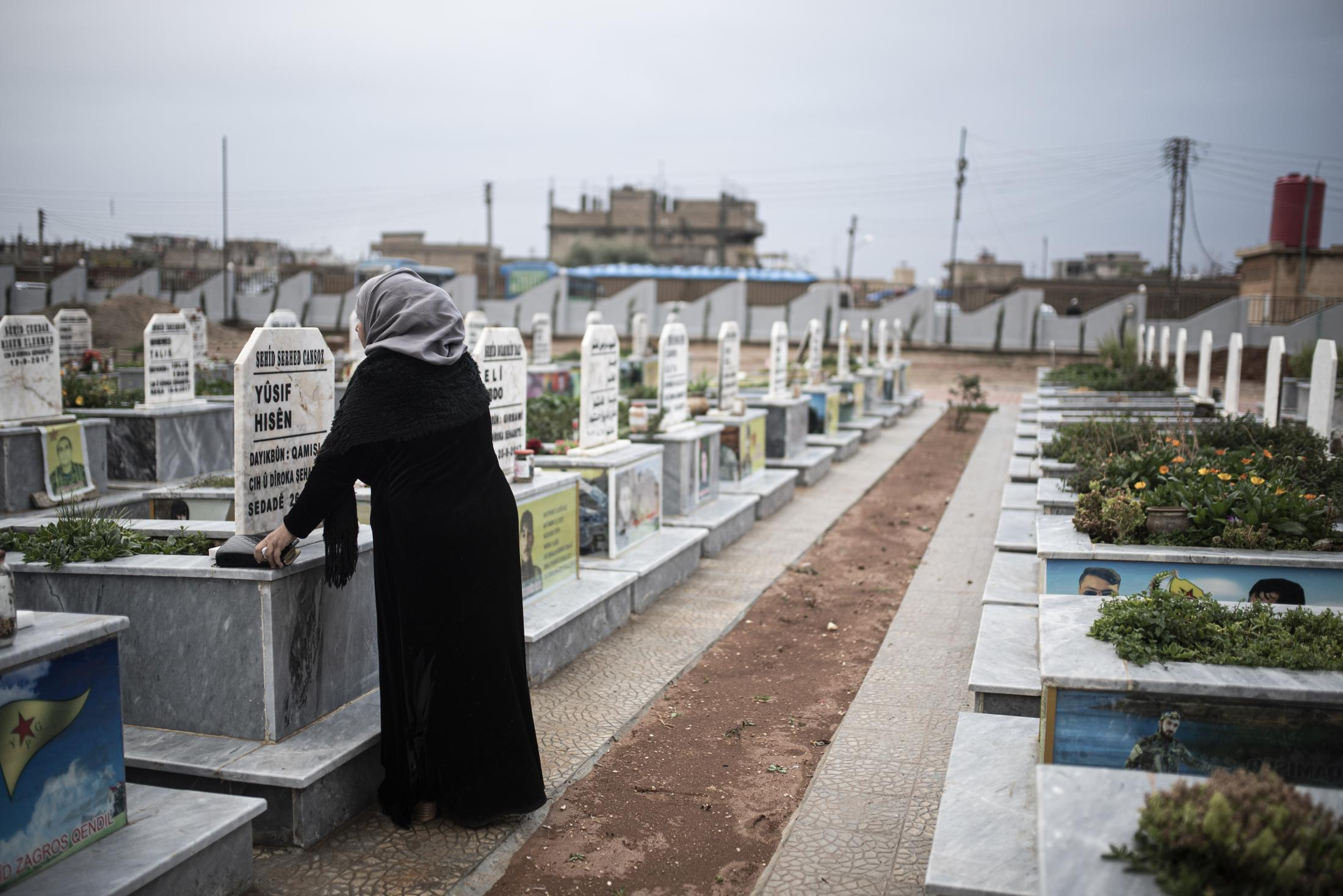 A woman cry in front of the tomb of his son, killed by a yihadist snipper in Serekanye in the first days of the war. After the withdrawal of US troops from northern Syria in October 2019, Turkey launched an offensive against the predominantly Kurdish areas in the northeast of the country along Islamist forces. Calls for war crimes investigations into the conduct of Ankara-backed militias are mounting ever since. (Andoni Lubaki / Euskal Fondoa)