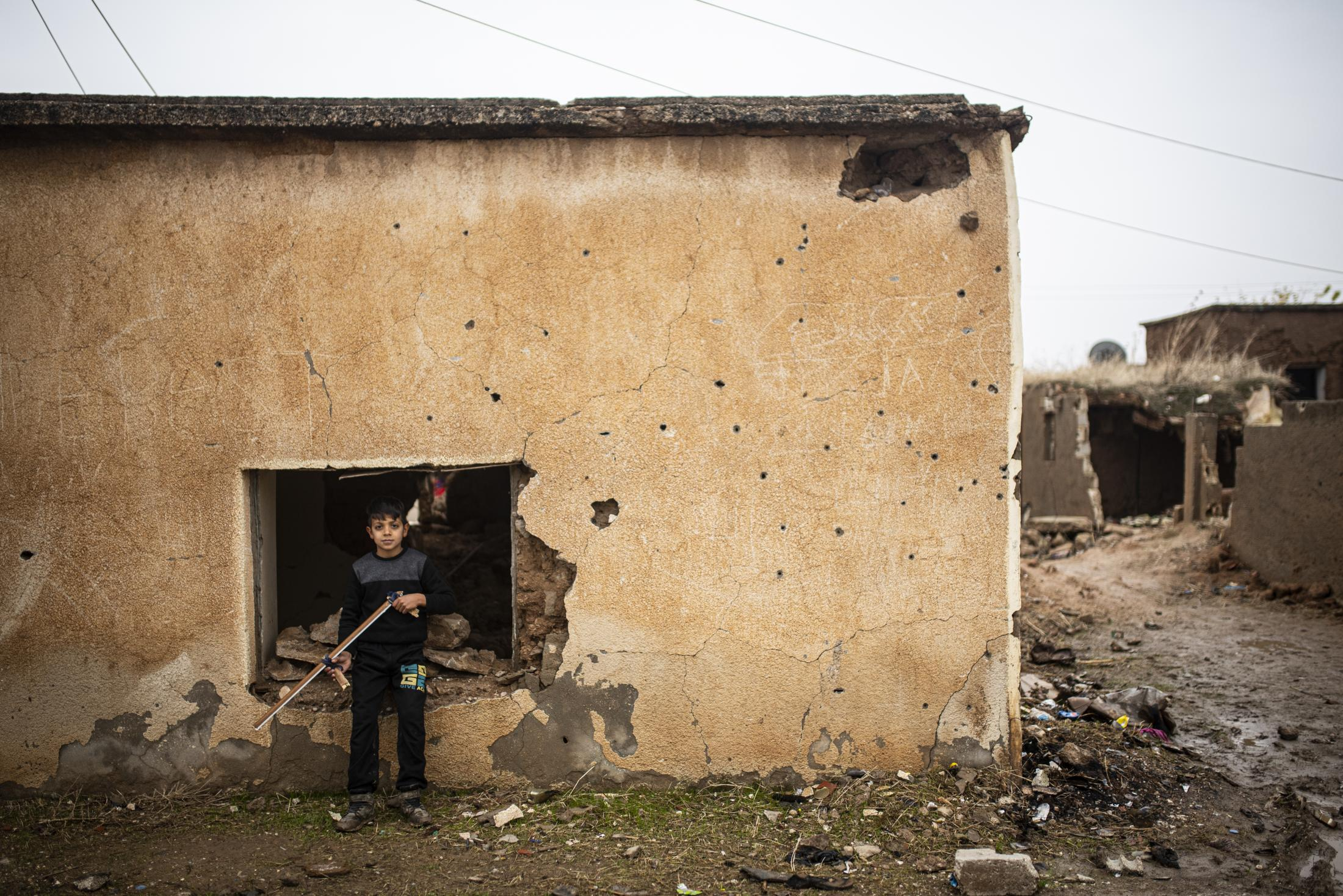 Two children plays in the destroyed streets of Tel Nasri, few kilometers far away from the frontline. After the withdrawal of US troops from northern Syria in October 2019, Turkey launched an offensive against the predominantly Kurdish areas in the northeast of the country along Islamist forces. Calls for war crimes investigations into the conduct of Ankara-backed militias are mounting ever since. (Andoni Lubaki / Euskal Fondoa)