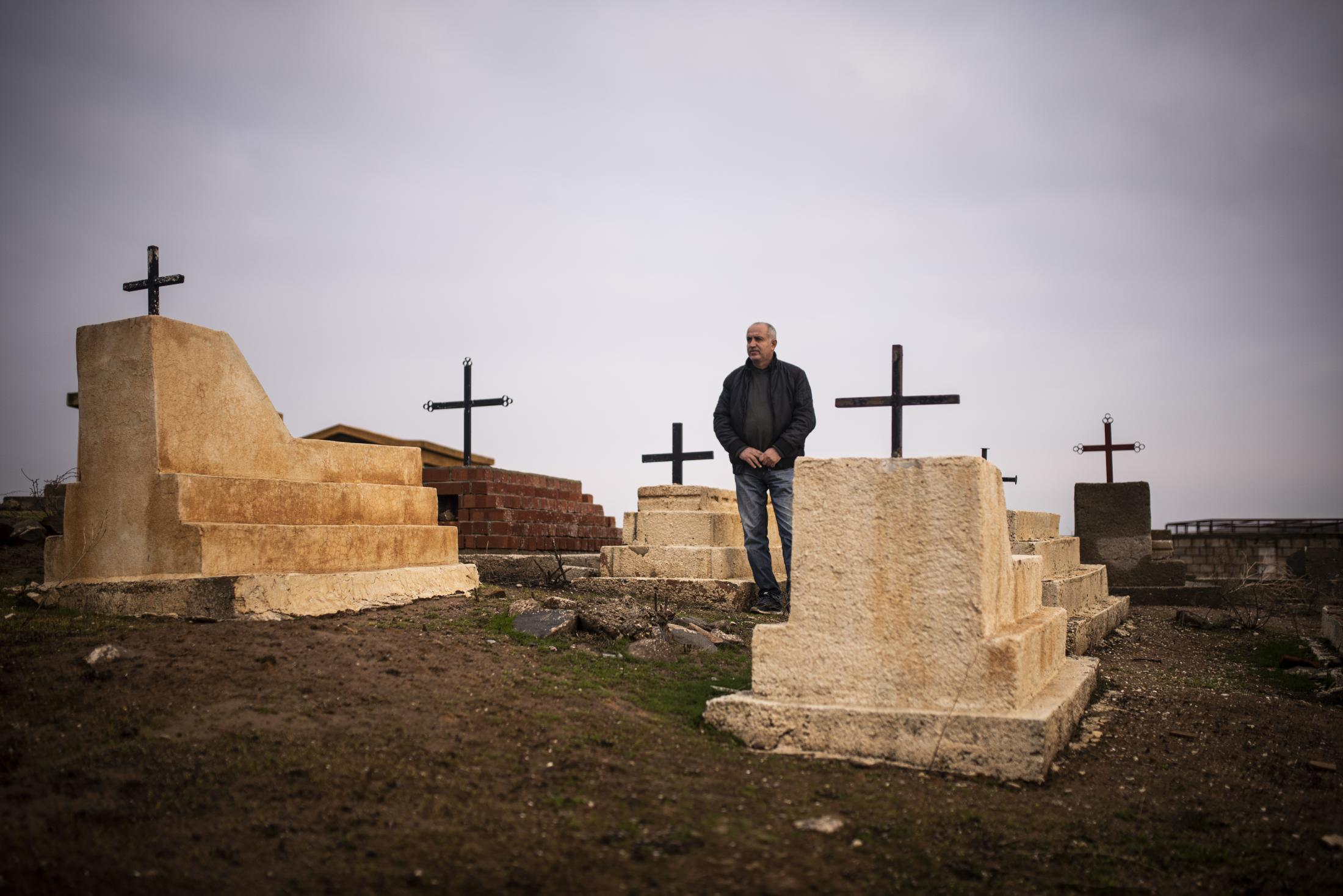 A christian inhabitant of Tel Nasri in the christian cementary of the town, near the frontline against yihadists and Turkish Army. After the withdrawal of US troops from northern Syria in October 2019, Turkey launched an offensive against the predominantly Kurdish areas in the northeast of the country along Islamist forces. Calls for war crimes investigations into the conduct of Ankara-backed militias are mounting ever since. (Andoni Lubaki / Euskal Fondoa)