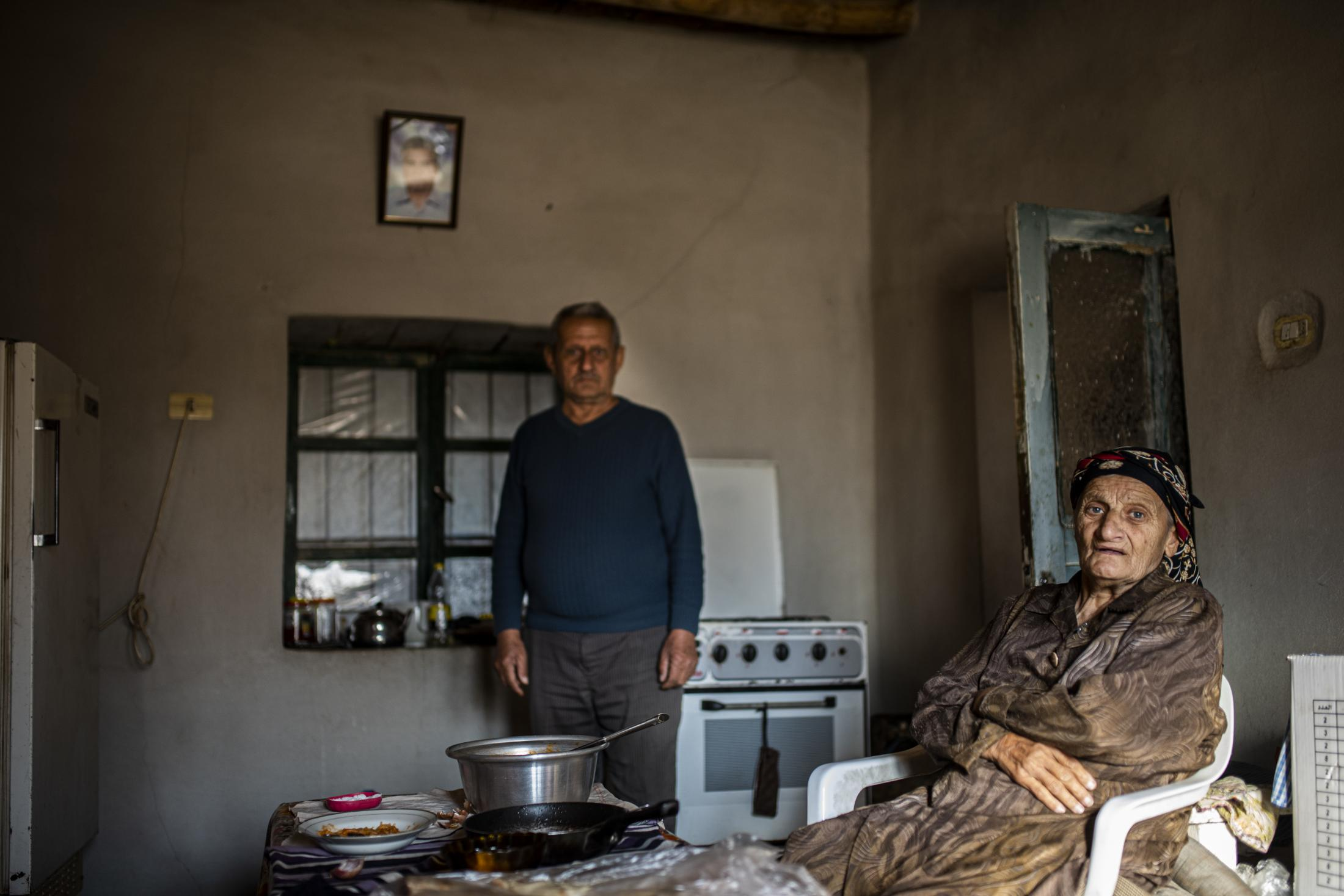 XXX and YYY are a couple of Tel Nasri who are still living in their house. The husband is trying to avoid his wife to know that outside there is war. After the withdrawal of US troops from northern Syria in October 2019, Turkey launched an offensive against the predominantly Kurdish areas in the northeast of the country along Islamist forces. Calls for war crimes investigations into the conduct of Ankara-backed militias are mounting ever since. (Andoni Lubaki / Euskal Fondoa)