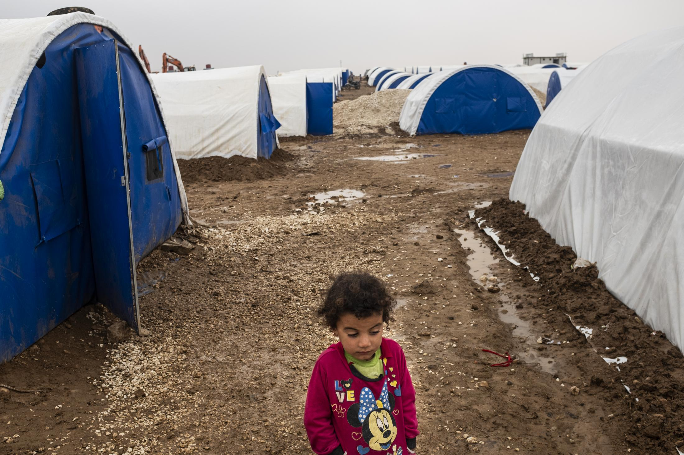 A girl outside her tent in the refugee camp of Washokani. After the withdrawal of US troops from northern Syria in October 2019, Turkey launched an offensive against the predominantly Kurdish areas in the northeast of the country along Islamist forces. Calls for war crimes investigations into the conduct of Ankara-backed militias are mounting ever since. (Andoni Lubaki / Euskal Fondoa)