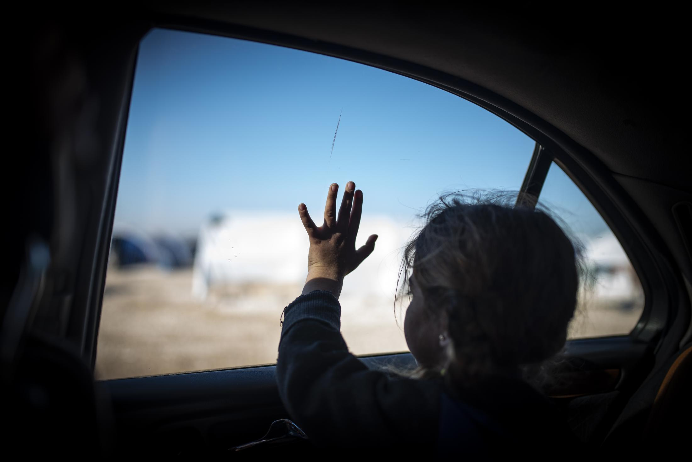 A girl looking from a car window the refugee camp of Washokani, near Hassaka where thousands of people are living after they fleed the Serekaniye province when the yihadists enter the zone and start comitting murders. After the withdrawal of US troops from northern Syria in October 2019, Turkey launched an offensive against the predominantly Kurdish areas in the northeast of the country along Islamist forces. Calls for war crimes investigations into the conduct of Ankara-backed militias are mounting ever since. (Andoni Lubaki / Euskal Fondoa)