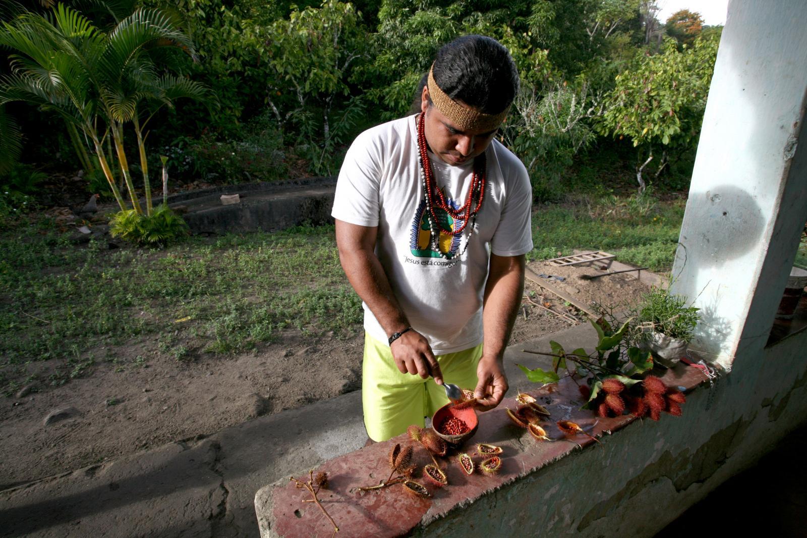 Fábio Titiá, uma liderança dos Pataxós HãHãHãe prepares Urucum paint for a Tore.