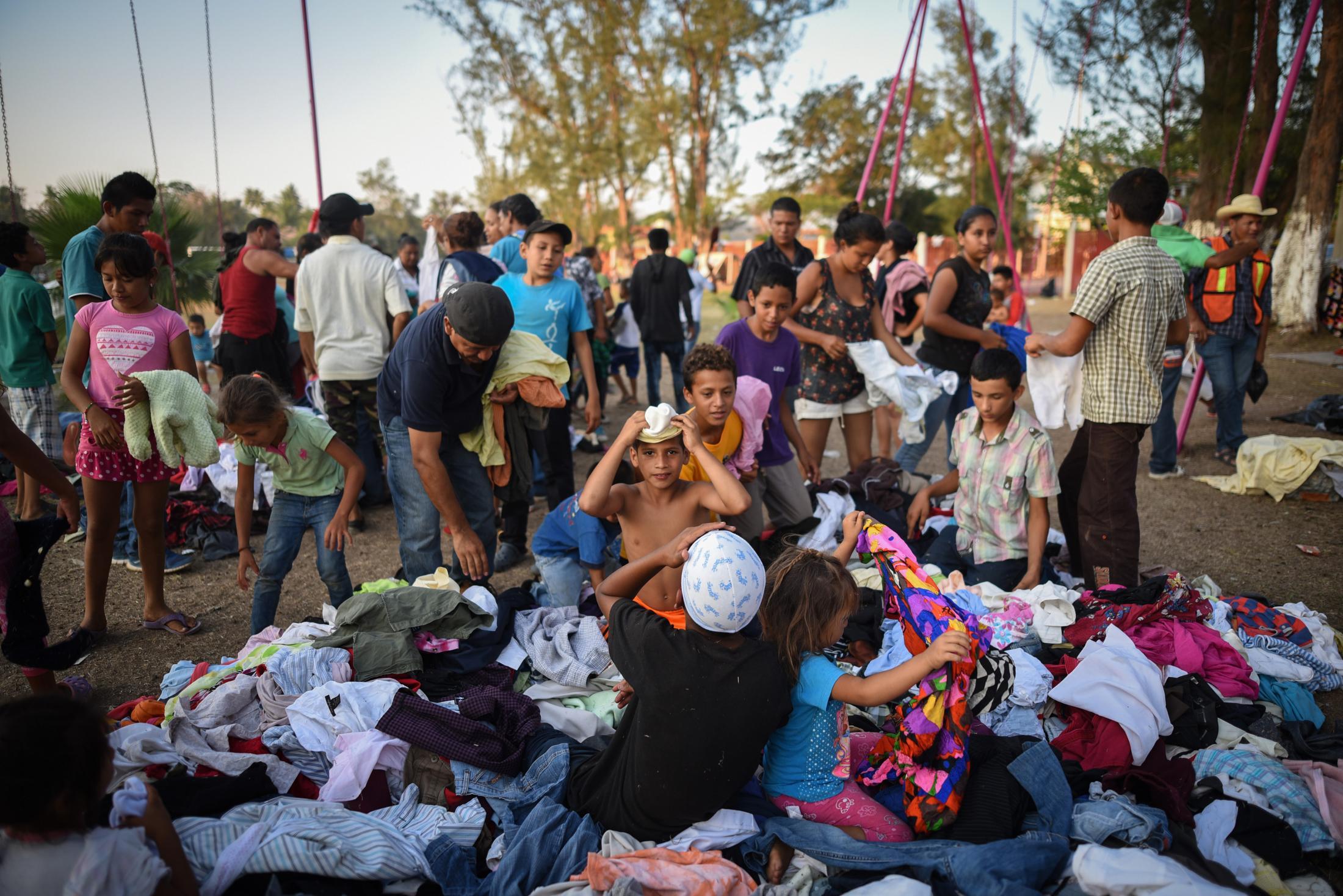 Migrantes centroamericanos escogen ropa que fue donada para ellos en un centro deportivo donde se refugian para posteriormente seguir su camino con la caravana. En Matías Romero, Oaxaca. El 1 de Abril del 2018