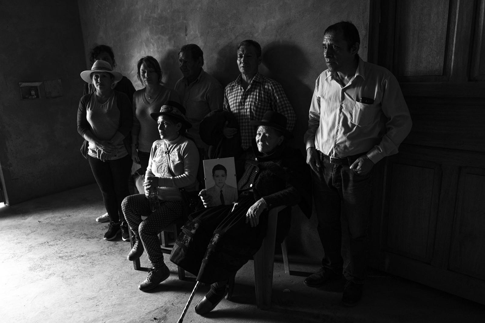 Madre y hermanos de Apolinario Pizarro Zarate se reúnen en el local comunal para la ceremonia de restitución.