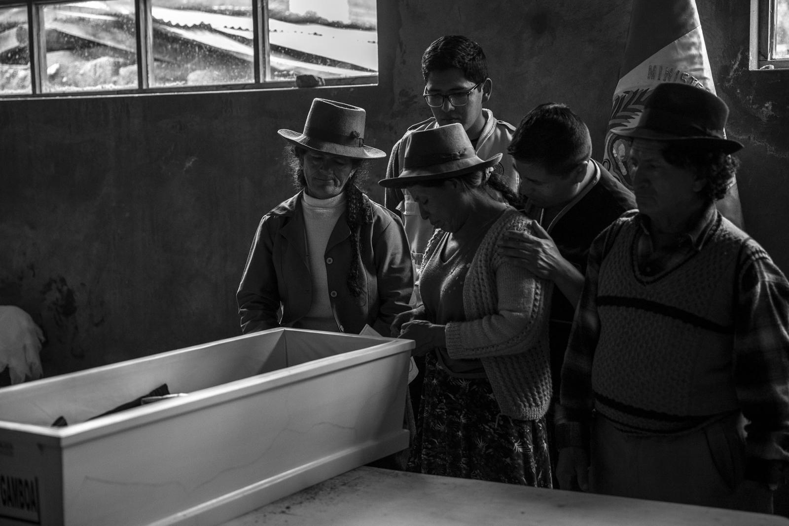 Familiares de Arquimides Rua Gamboa, durante el armado de los restos óseos por parte del ministerio publico.