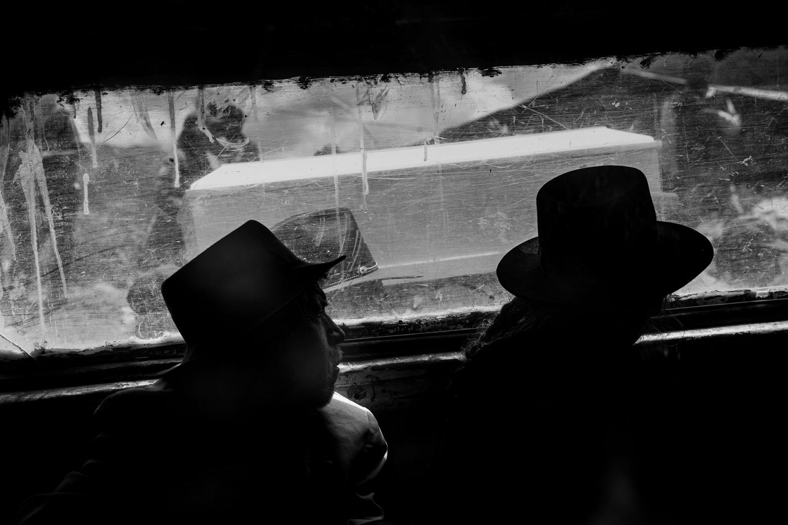 Muchos de los pobladores, ancianos en su mayoría, al no poder caminar hasta las alturas del pueblo donde esperaban los nichos, fueron llevados en un auto que acompañaba la procesión hasta el cementerio de Pujas.