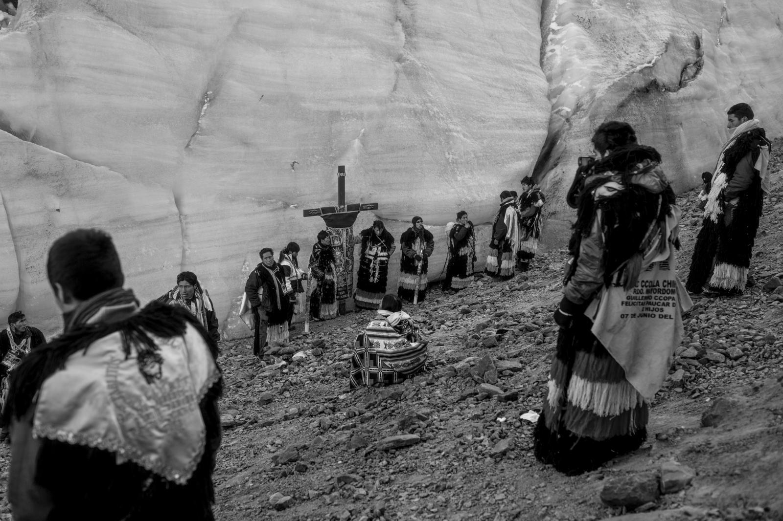 La nación Canchis sube en la madrugada a las faldas del nevado, lugar donde son bautizados los nuevos miembros.