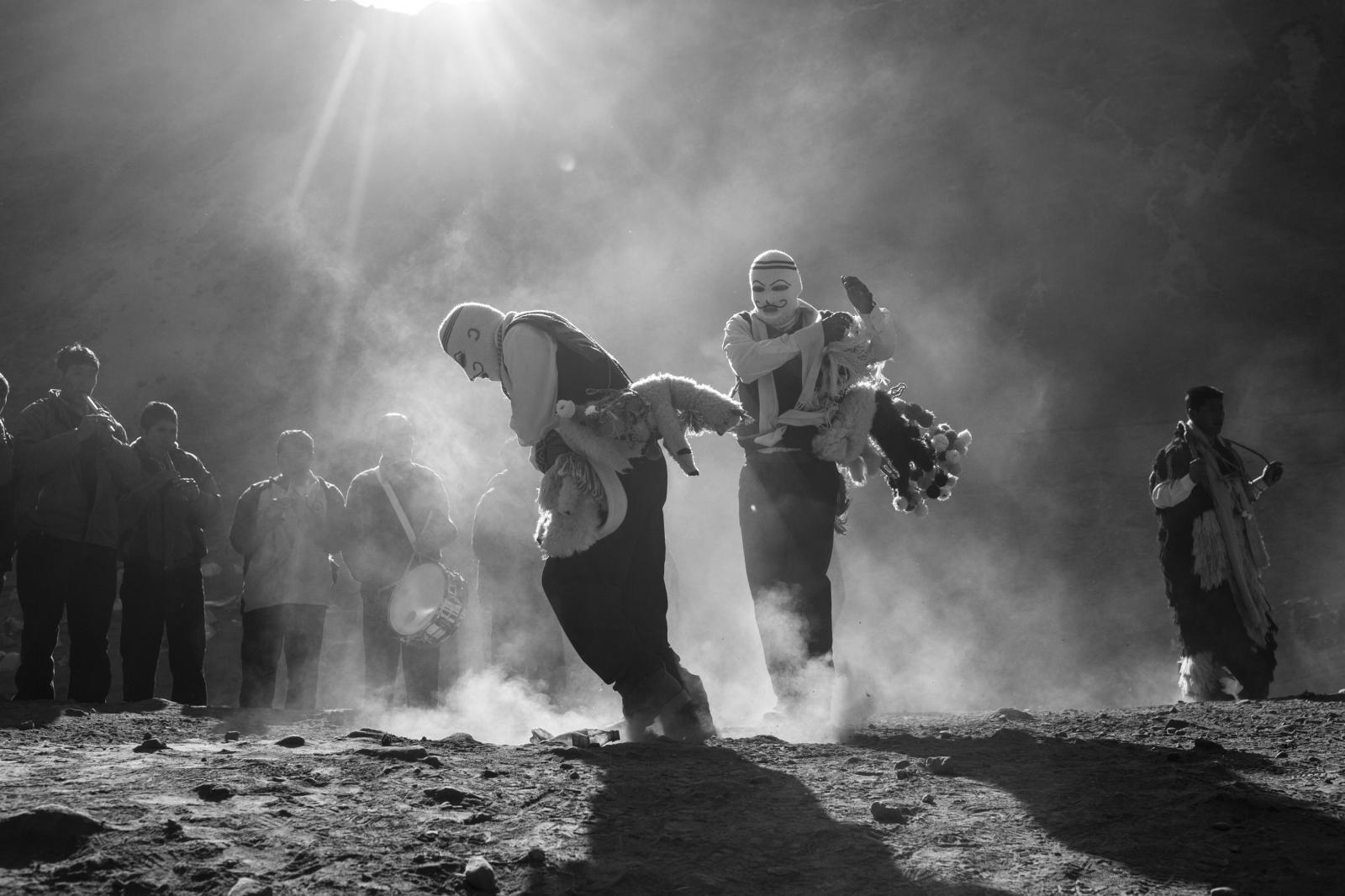 Los Qhapqq Collas llevan cabeza y rostro cubiertos por un waqollo o máscara tejida de color blanco con bigotes dibujados. llevan una honda de lana o huaraca de varios metros de extensión, la cual es empleada a modo de látigo durante las danzas y al propinar azotes rituales.