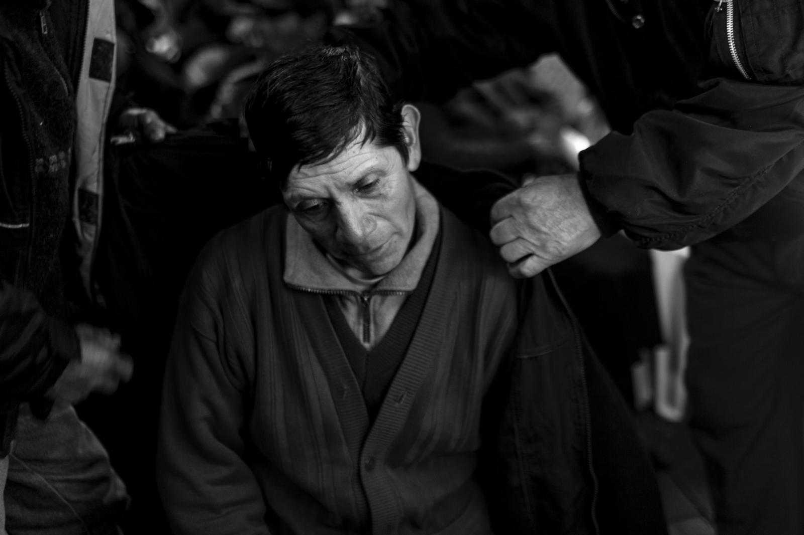 Urbano Huamaní Vegara (47) durante el velorio de su hermano Elihoref's. Según la tradición a las 12 de la noche los familiares cambian sus vestimentas por trajes negros para guardar el luto en memoria de su familiar.