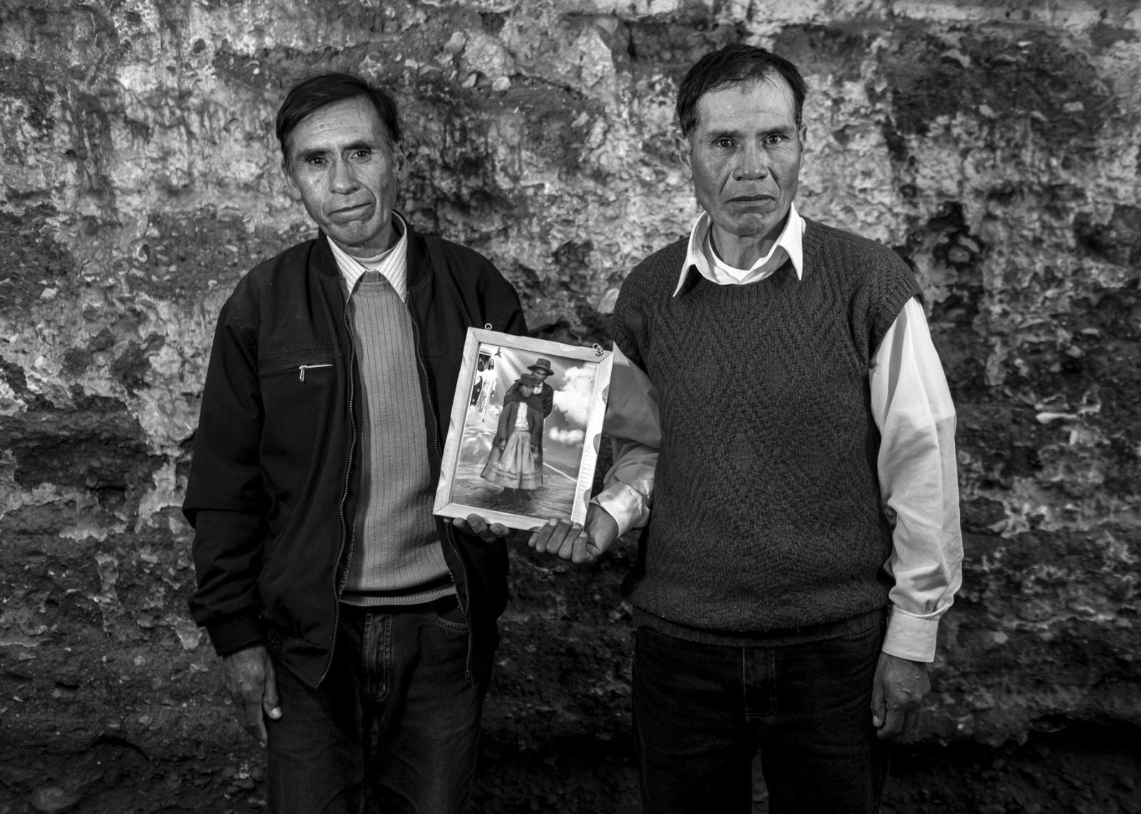 Hermanos Huamaní Vergara, con la fotografía de sus padres.