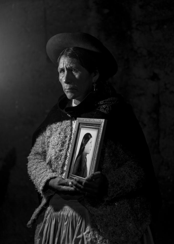 Marcelina (49), sostiene el retrato de su hermana Dionisia Guillén de Morán (24), quien murió junto a su esposo Ramón Hilario Morán (26) y a sus dos pequeños hijos Héctor (6) y Raúl (8 meses). Ramón era líder de su comunidad.