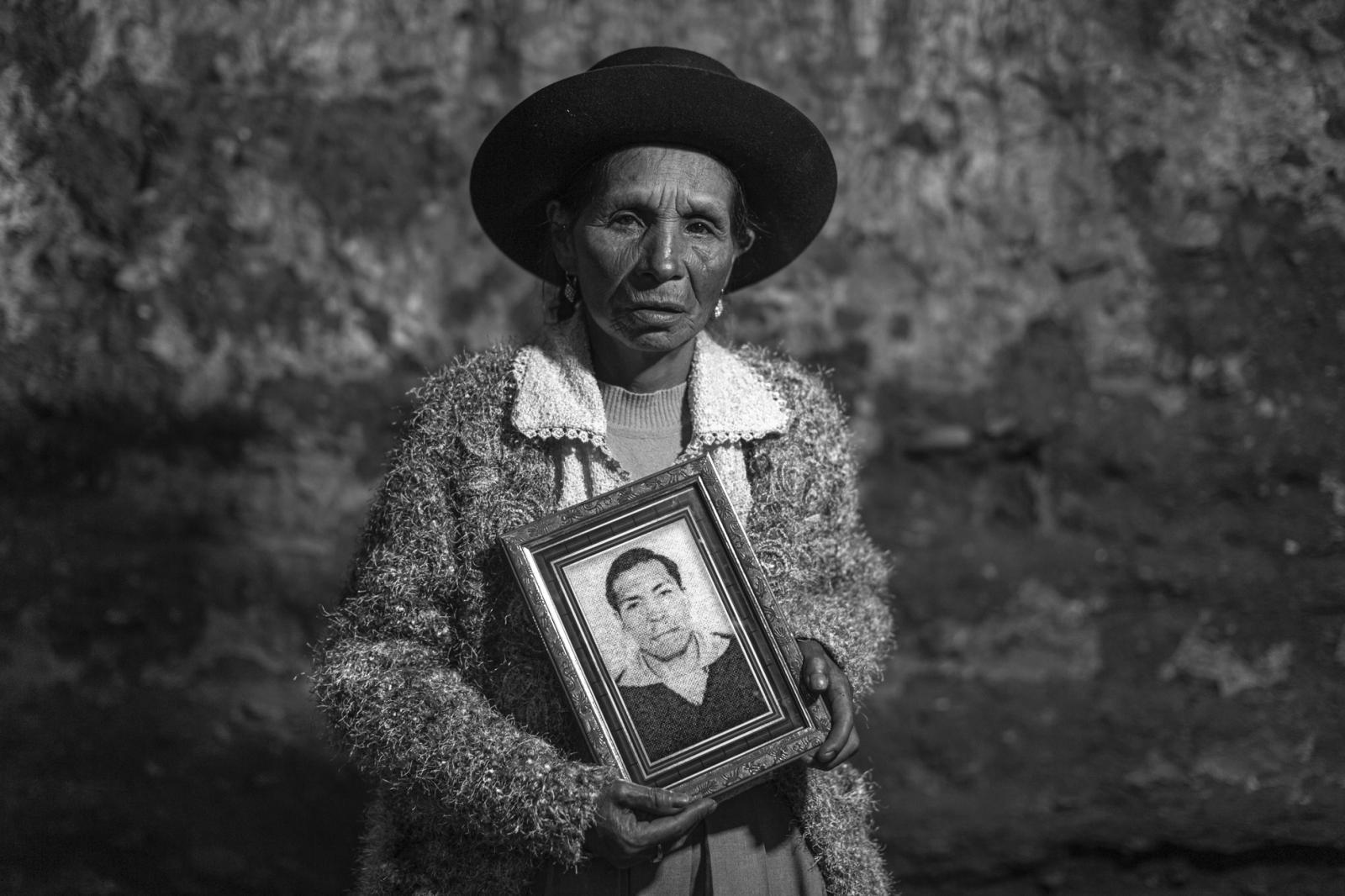 Clotilde Hilario Morán (67), quechuahablante y analfabeta, es la única hermana viva de Ramón (26). Cuando Ramón murió, ella estaba embarazada de su hija Maura, que nació dos meses después y a quién llevó pegada al pecho durante las primeras diligencias que los familiares hacían para exigir justicia. Hoy Maura tiene la misma edad que su lucha, y, desde que Clotilde enviudó, se ha convertido en su compañera en esta búsqueda de justicia.