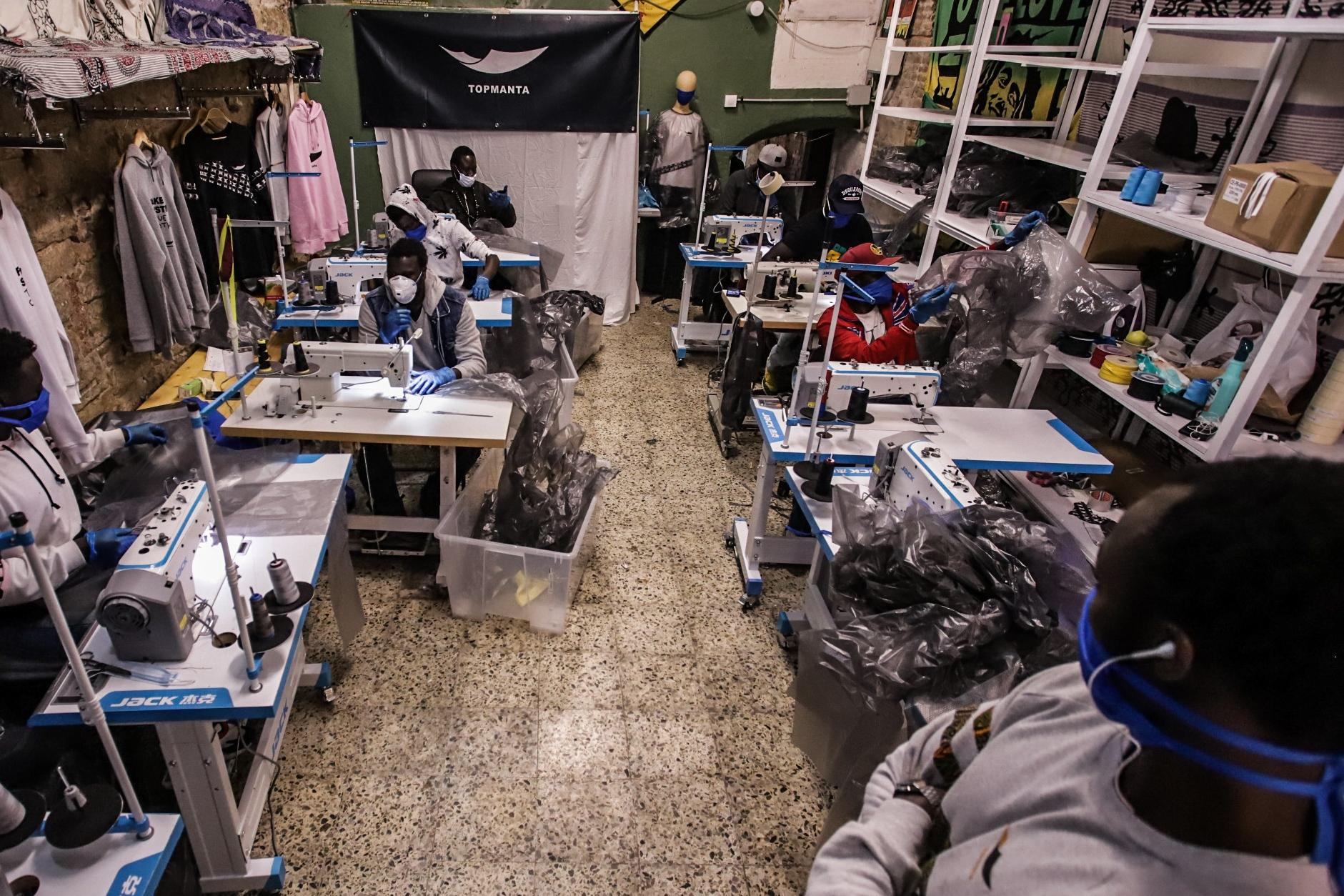 The collective, which has a clothing brand, will use its sewing machines to help in the fight against Covid-19. All workers are following the necessary preventive measures, such as adapting the workshop space so that the minimum mandatory distance of 1.5 meters is maintained between each worker.