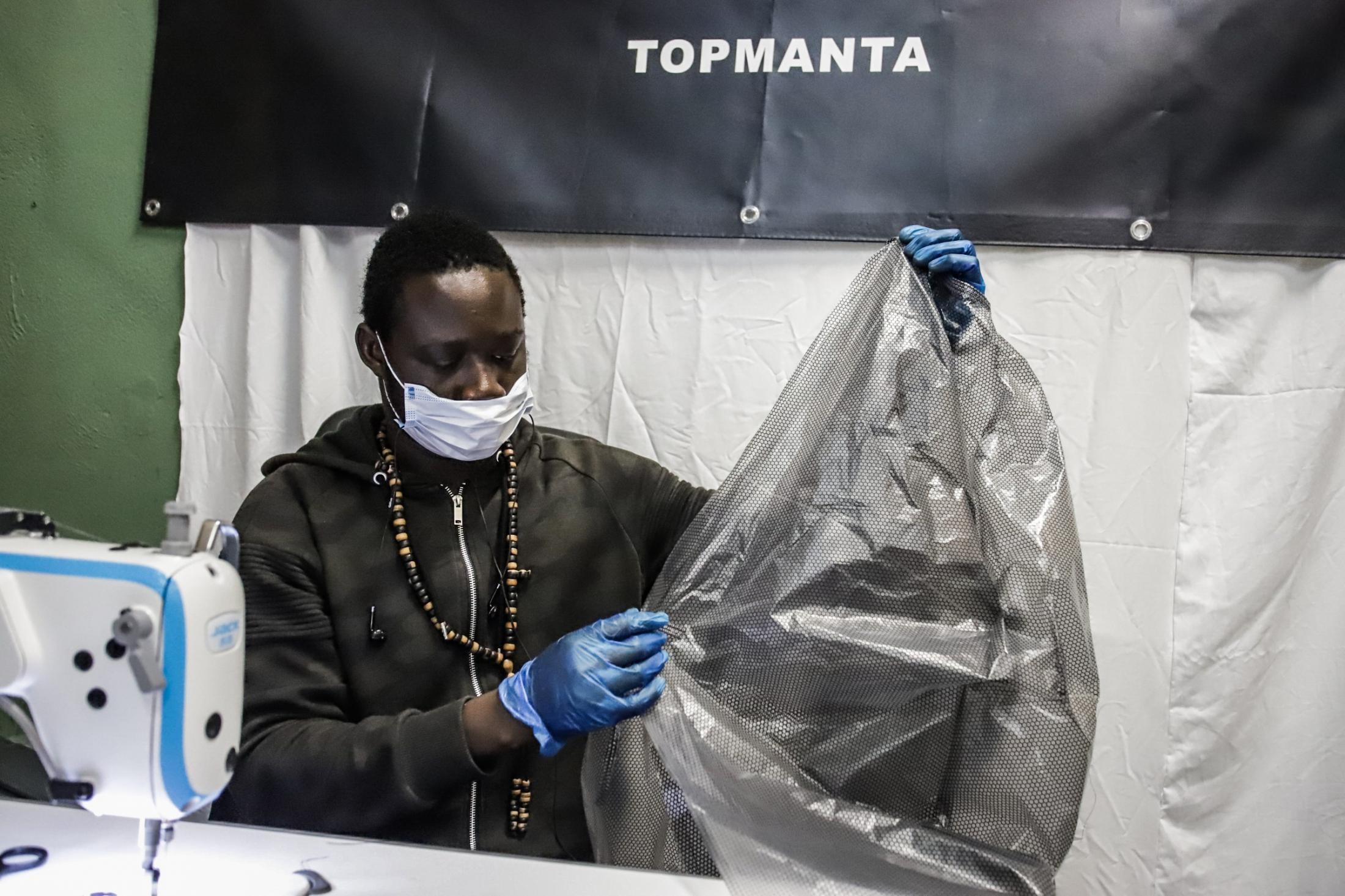 Health and solidarity do not understand borders or identity documents. A communication from @topmanta_bcn denounces that the Barcelona Urban Guard has stopped two seamstresses who work in the production of sanitary material. They have shown the certificate that certifies that they are carrying out this work, a mandatory document, and the certificate of self-responsibility, an optional document, but the agents have asked for personal documentation. When verifying that they do not have NIE (identity document of foreigners) they have told him that they cannot return to the workshop because without nie they cannot work.