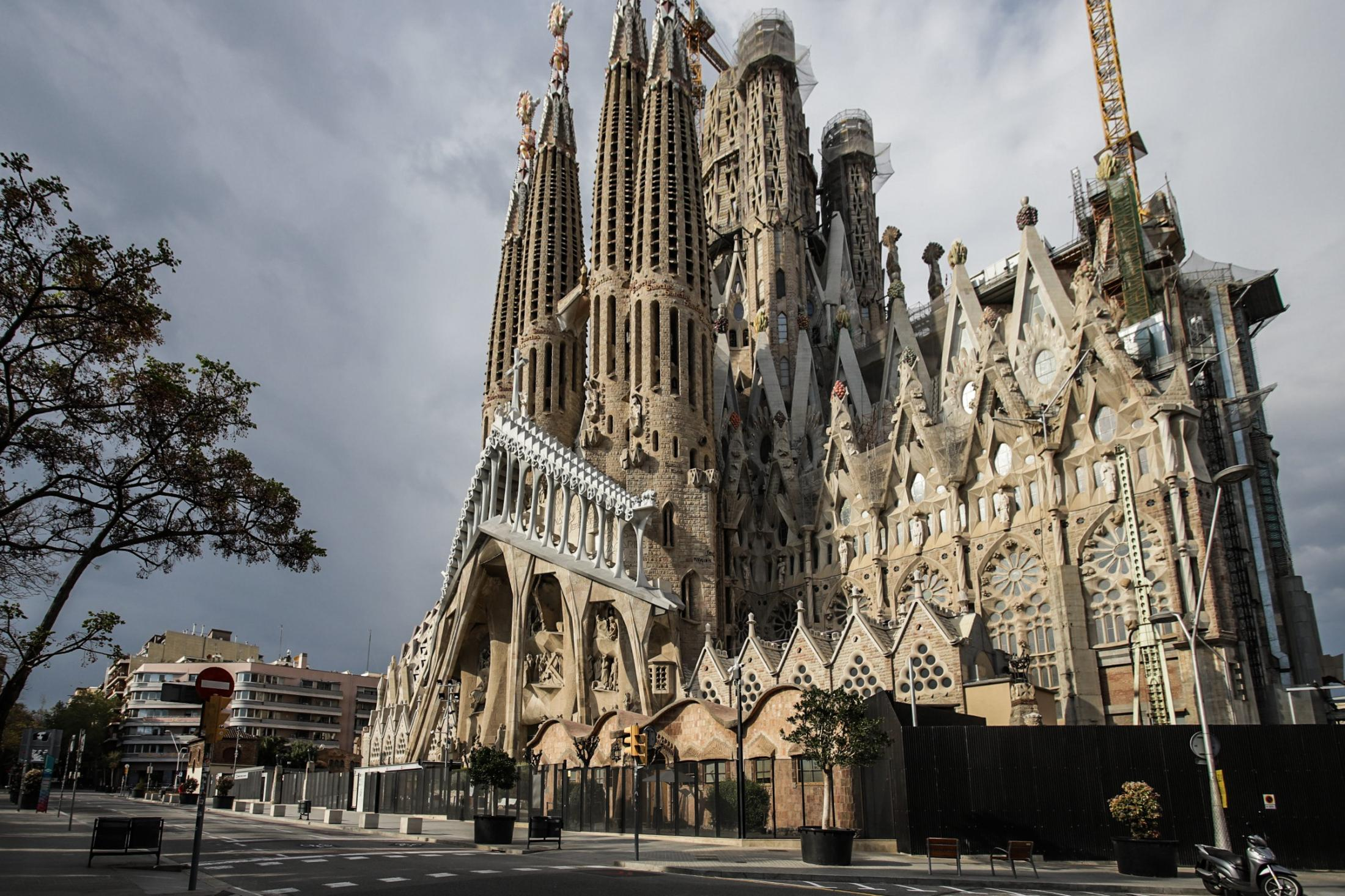 La Sagrada Familia surfing covid 19 pandemy. The public space is no more occupied by tourists