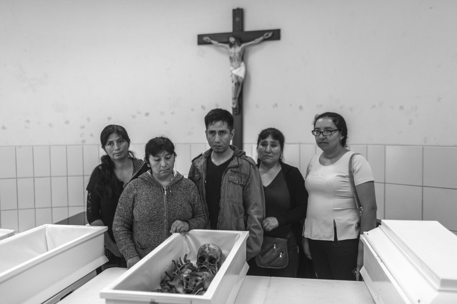 Deudos de Catalina Limaco Cisneros, posar para el registro judicial durante la entrega de los restos de 4 miembros de la familia Morales, quienes fueron asesinados por el grupo terrorista Sendero Luminoso el año 1984 en la localidad de Ocros, Ayacucho.