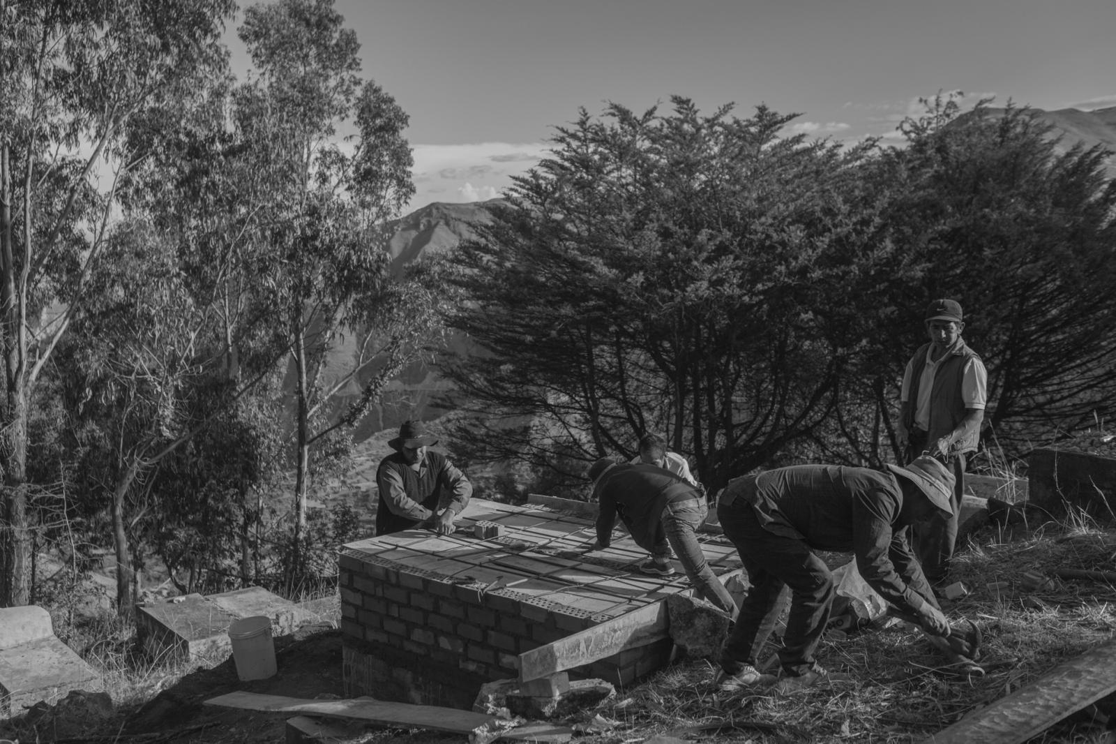 Pobladores de Jacaspampa terminan de construir los nichos donde serán enterrados 4 miembros de la familia Morales, que fue asesinada por Sendero Luminoso en 1984.