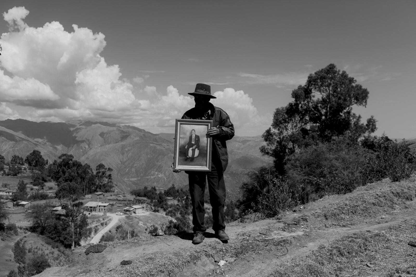 Poblador de Jacaspampa, sostiene el retrato de Claudio Morales, presidente de la comunidad de Ocros, quien fue asesinados por el grupo terrorista Sendero Luminoso el año 1984 en Ayacucho.