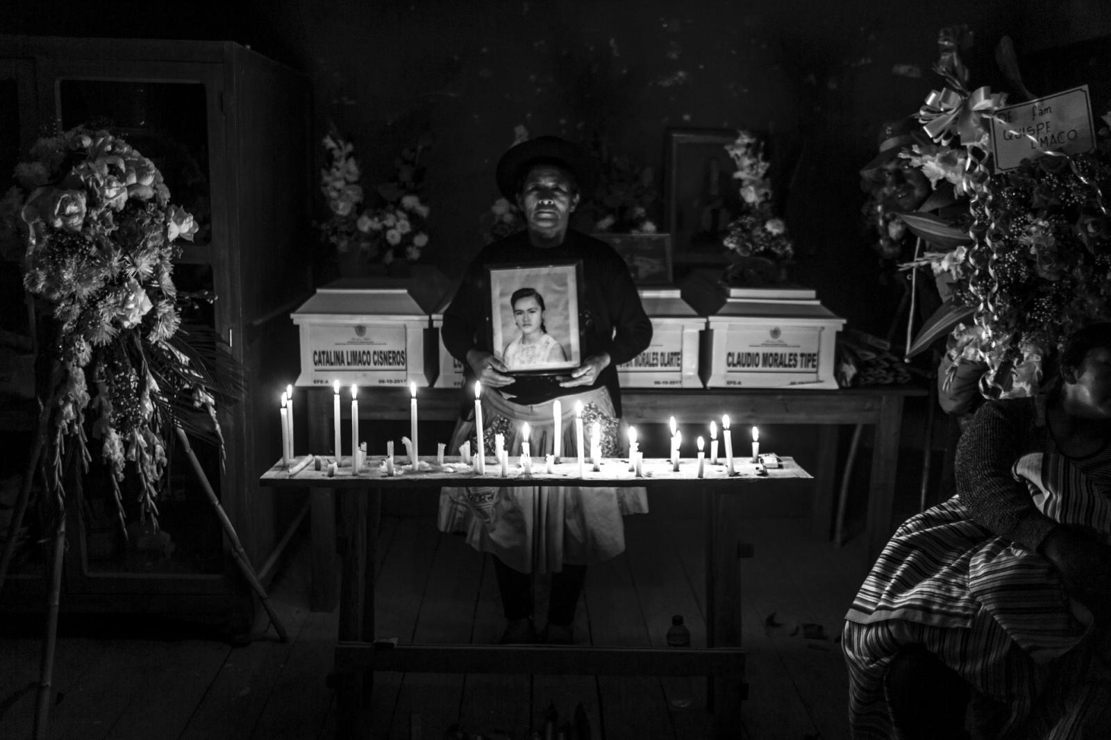 Sabina Limaco, sostiene el único retrato de su hermana Calina, durante el velorio en el pueblo de Jacaspampa, Ayacucho.