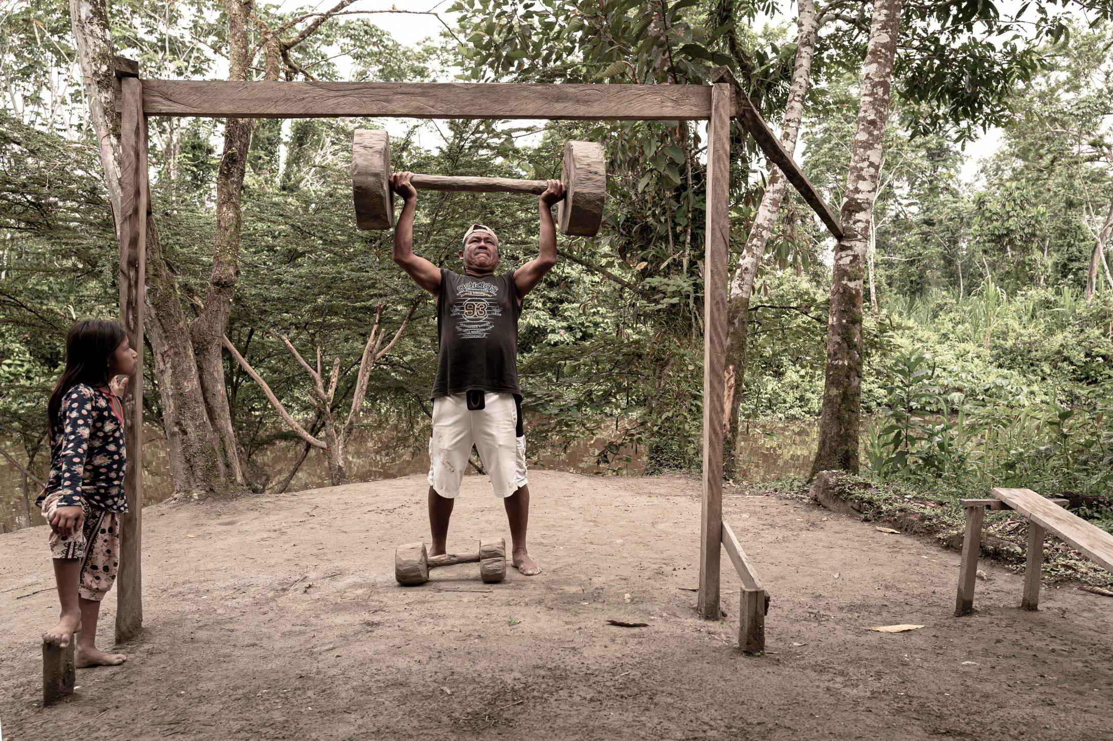 Clovis Perez, is a Wampís who helps in the coordination work of the Wampís Nation. He exercises at the gym he built, in Condorcanqui. After numerous meetings among their leaders, representatives of 27 Wampis communities, with a combined population of 15,000 people, came together in 2015. They invoked international recognition of the rights of indigenous people and on Nov. 29 declared the creation of an autonomous territorial government called the Wampis Nation to defend its territory and resources from the growing pressures of extractive industries. In a world where actions to preserve forests and combat climate change are resisted by the old ideas of new governments, wampis sow free territory.