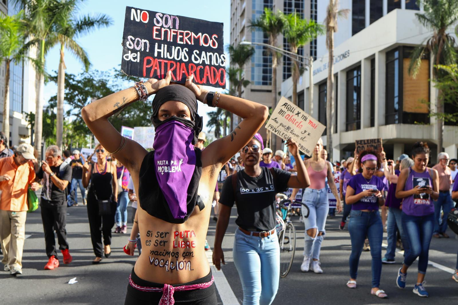 8 de marzo de 2018. Mujeres salen a la calle en reclamo de sus derechos en el día internacional de la mujer. (Nahira Montcourt / NotiCel)