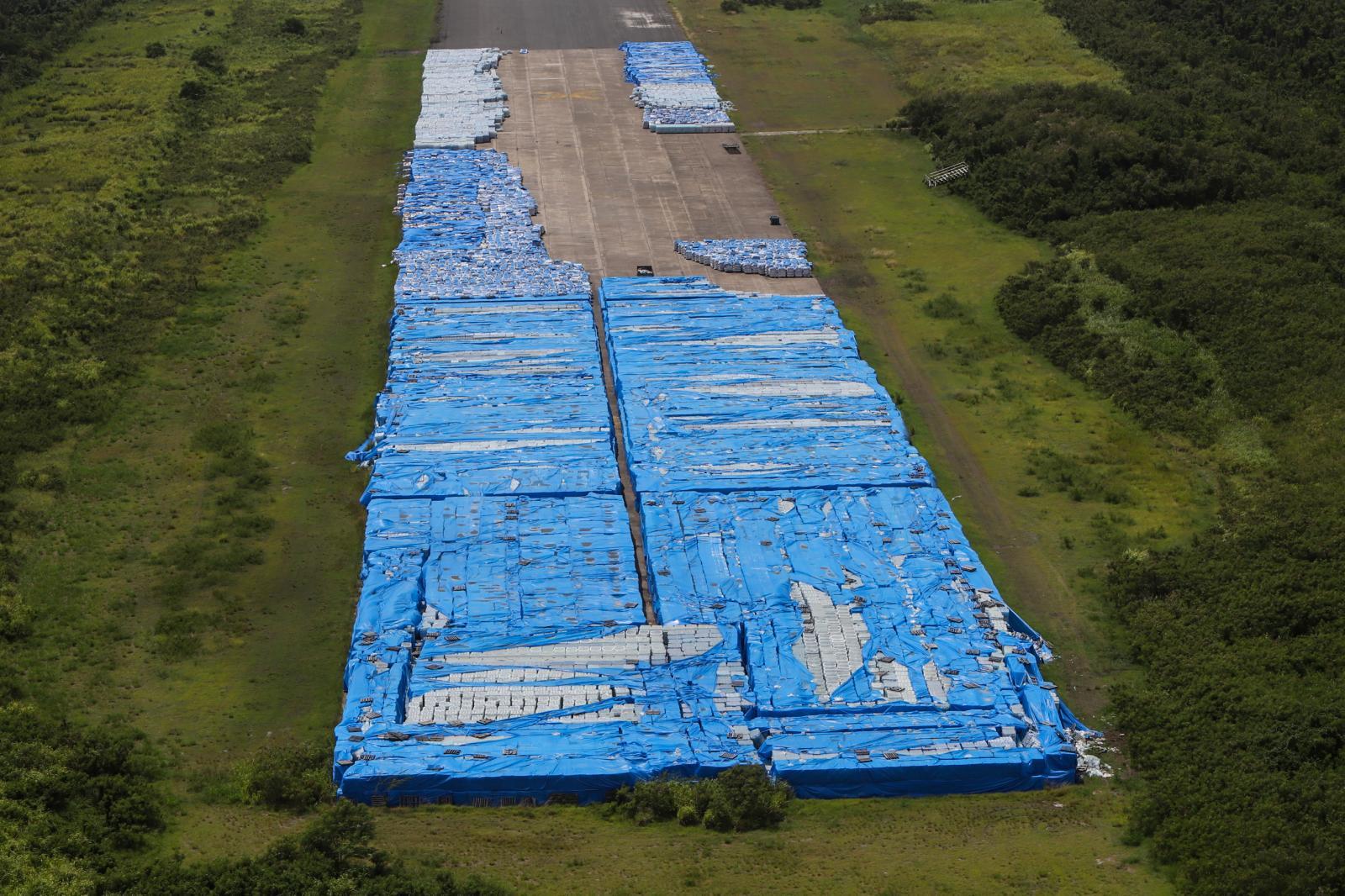 El megacargamento de agua no repartida está en predios de la antigua base naval Roosevelt Roads en Ceiba.