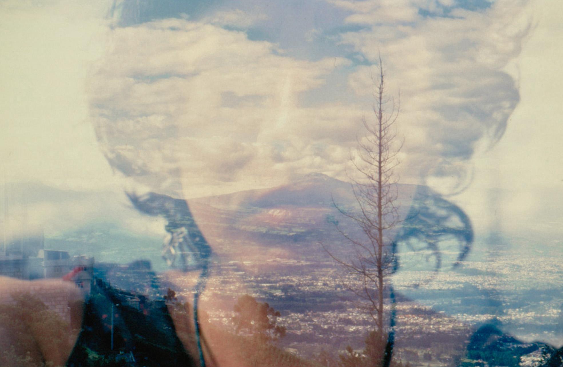 Esta serie, que empezó como un ejercicio azaroso, es una exploración y experimentación personal que pretende un diálogo continuo con el medio fotográfico y el entorno que me construye día a día. *Todas las fotografías han sido realizadas con medios analógicos, con una cámara Pentax k1000. En Ecuador y Argentina entre los años 2012 y 2013 mediante la técnica de la sobreimpresión. Texto de la serie: Soy puro azar y puro sin sentido Soy toda contradicción y doble exposición Soy más geografía que historia Lloro al encuentro amoroso con las montañas Y me pierdo en el centro mágico de las flores, ojos del mundo. Soy mujer, soy migrante, soy niña Soy viento, soy el mar y la montaña.