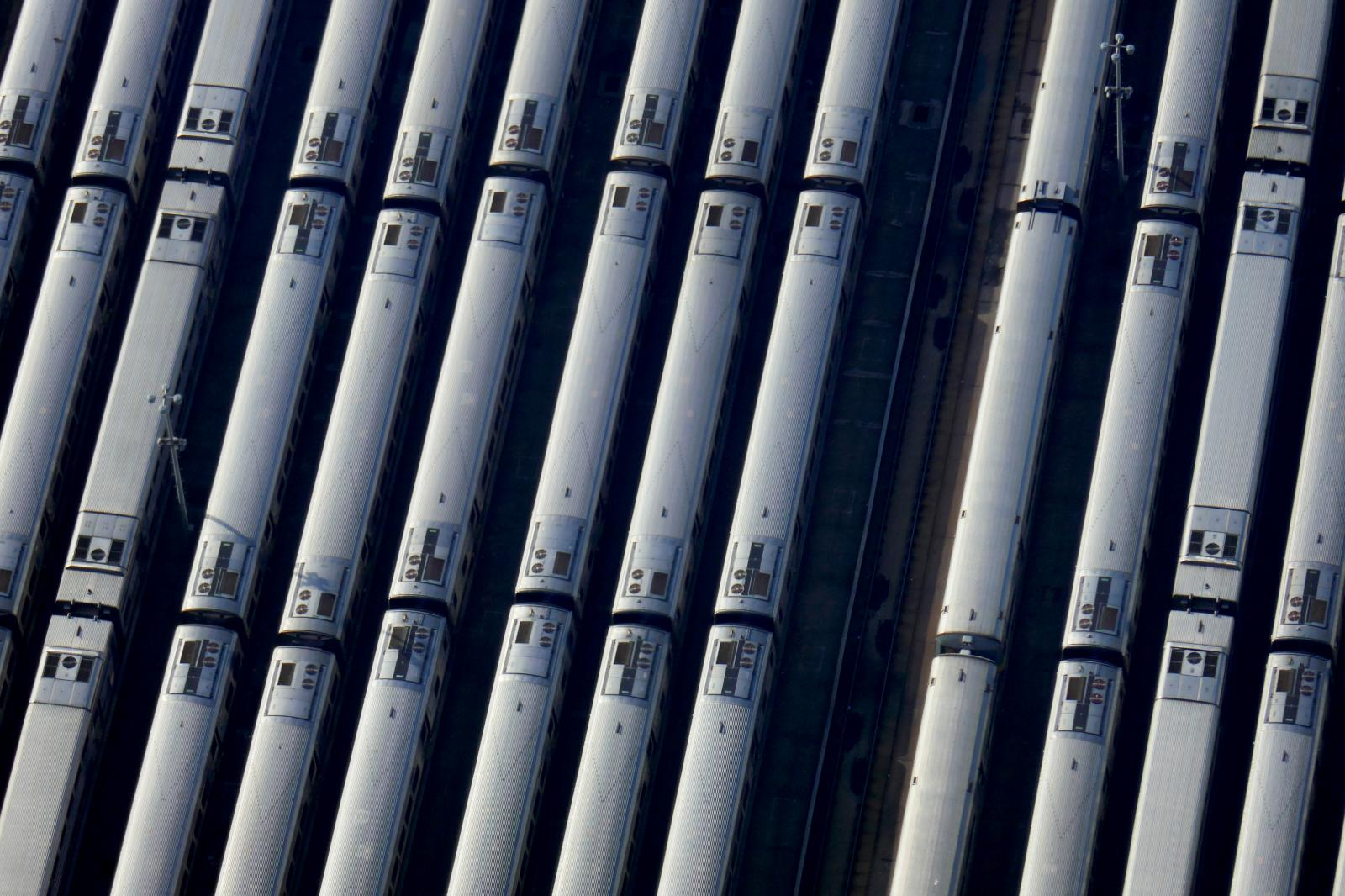 "**On spec** New York - MARCH 11, 2020 - Long Island railroad trains are seen from The Edge, the 100th floor observation deck on top of 30 Hudson Yards in Manhattan billed as the ""highest outdoor sky deck in the Western Hemisphere."" (Luiz C. Ribeiro)"