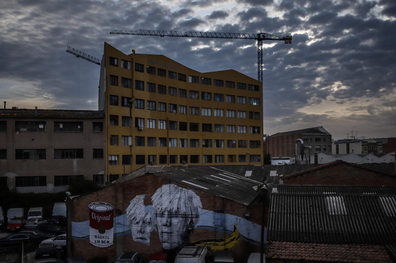 (ESP) Los expertos predicen que la ciudad de Hospitalet de Llobregat cambiará los hábitats transformándose en el plan ambiental y socialmente a pasos agigantados. Para las personas, el impacto ya no es una preocupación abstracta debatida por los políticos. Ven que la tierra se satura más bajo sus pies mientras más de 3.000 viviendas se están construyendo ahora y se construirán en los próximos tres años.  La parada forzada de las actividades de producción y la fuerte reducción del tráfico por carretera y aéreo han generado una reducción drástica de las emisiones, que a finales de año podría alcanzar el 5% a escala mundial, la más drástica jamás registrada, aunque muy lejos de la reducción. un 7,6% anual, lo que reduciría a la mitad las emisiones para 2030. La OCDE predijo que, a fines de 2020, el PIB mundial podría ser hasta un 3% más bajo que en 2019, mientras que la Comisión Europea ha calculado una pérdida de 9.7% en comercio planetario. Por primera vez desde la crisis financiera de 2009, la demanda de petróleo ha disminuido y, junto con otros factores, ha provocado un unicum en la historia: el precio del WTI (West Texas Intermediate) ha caído por debajo de cero. Sin embargo, la razón de estos números no está en las políticas ecológicas, sino en la drástica caída de la demanda, que no augura nada bueno para el futuro. (ENG) Experts predict that the city of Hospitalet de Llobregat will change habitats, transforming itself into the environmental and social plan by leaps and bounds. For people, the impact is no longer an abstract concern debated by politicians. They see that the earth becomes more saturated under their feet while more than 3,000 homes are being built now and will be built in the next three years. The forced stoppage of production activities and the sharp reduction in road and air traffic have led to a drastic reduction in emissions, which at the end of the year could reach 5% worldwide, the most drastic ever recorded, although very far from reduction