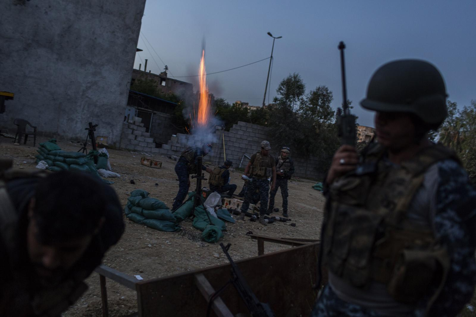 Iraqi Federal Police fends off an ISIL´s night incursion and counterattacks in a West Mosul position. Iraq. April 2017. Diego Ibarra Sánchez