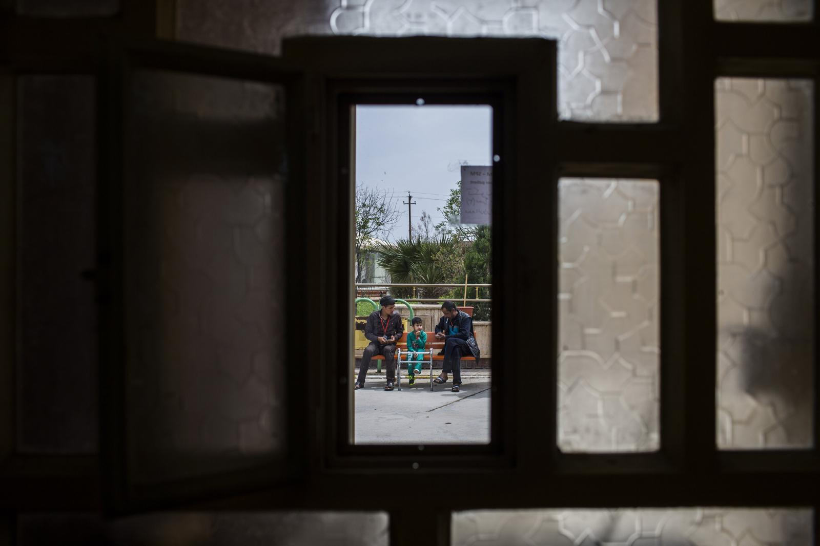 Patients are seen through a window of the Post-op hospital in Hamdaniya, Iraq 2017. Diego Ibarra Sánchez for MSF