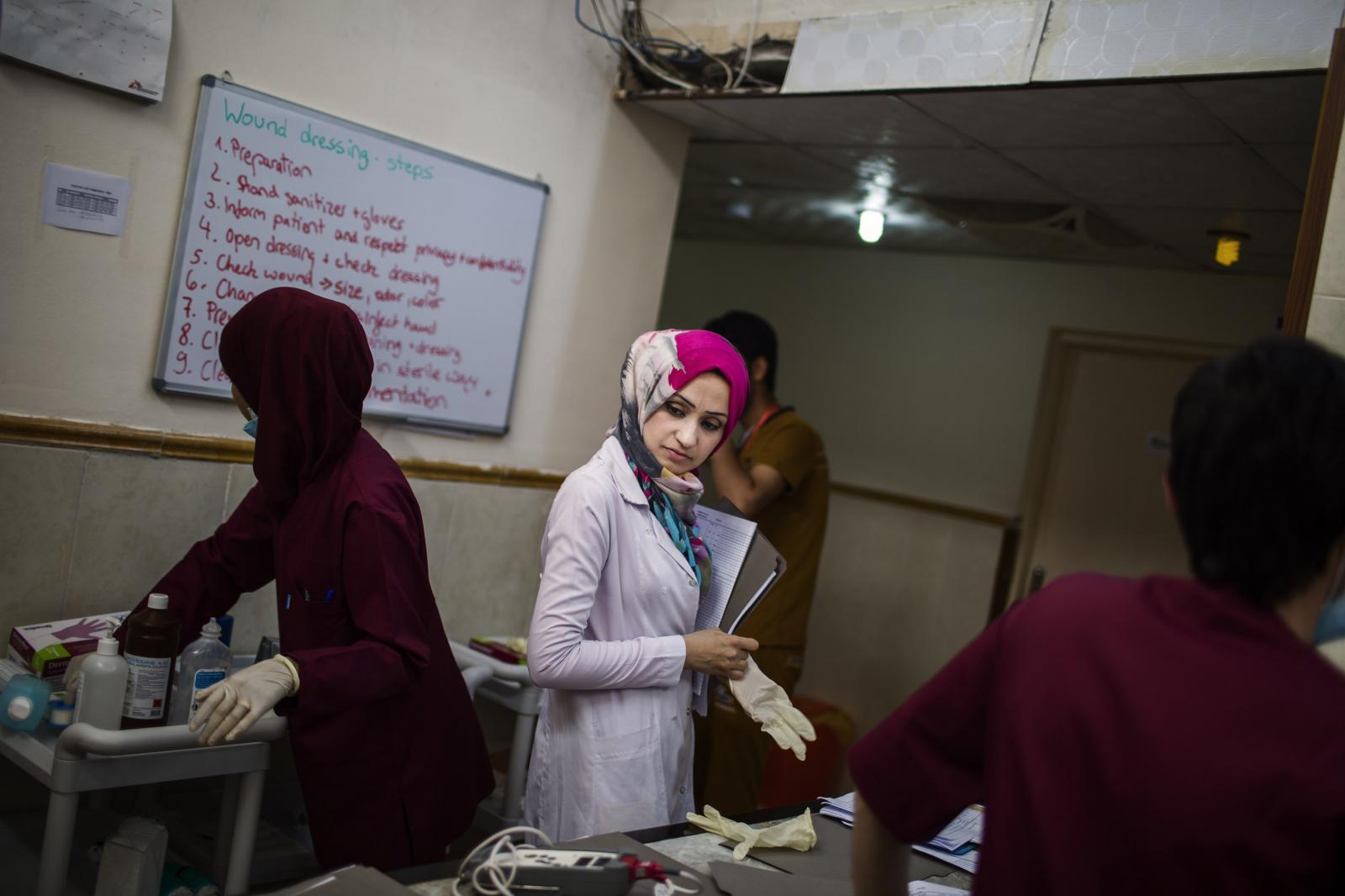 Aswan Ismael is seen while she is working at the hospital. She is from East Mosul. She has been working for MSF for the latest two weeks. She worked one year in a Mosul hospital under DAESH´s regimen. After that, she had to quite. Hamdaniya, Iraq 2017. Diego Ibarra Sánchez for MSF