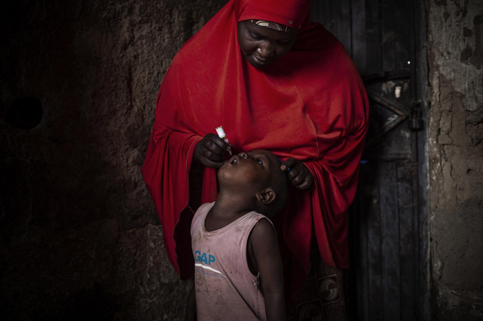 A child gets the polio vaccine during the National Immunization Days in Kano. A new horizon is looming in the African country.Nigeria has given a firm step to be considered a free polio country, at the expense of the three years marked by the international community to make of these encouraging data a reality.Kano, Nigeria 2014. Diego Ibarra Sánchez