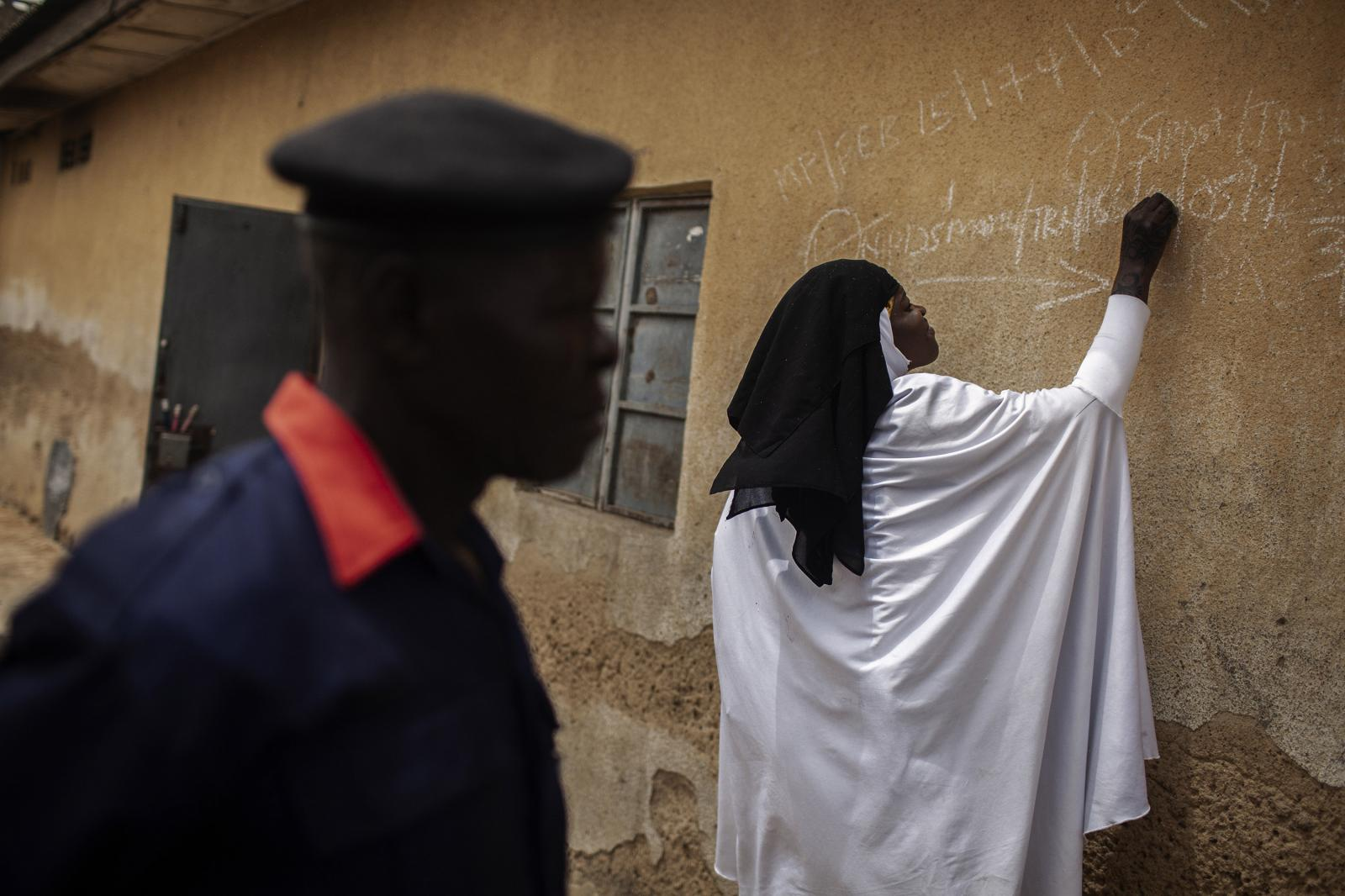 Polio health workers marks the gates of the houses to identify the ones remaining as several kids are not at home during the campaign. As long as a single child remains infected, children in all countries are at risk of contracting polio. Kano, Nigeria 2014. Diego Ibarra Sánchez