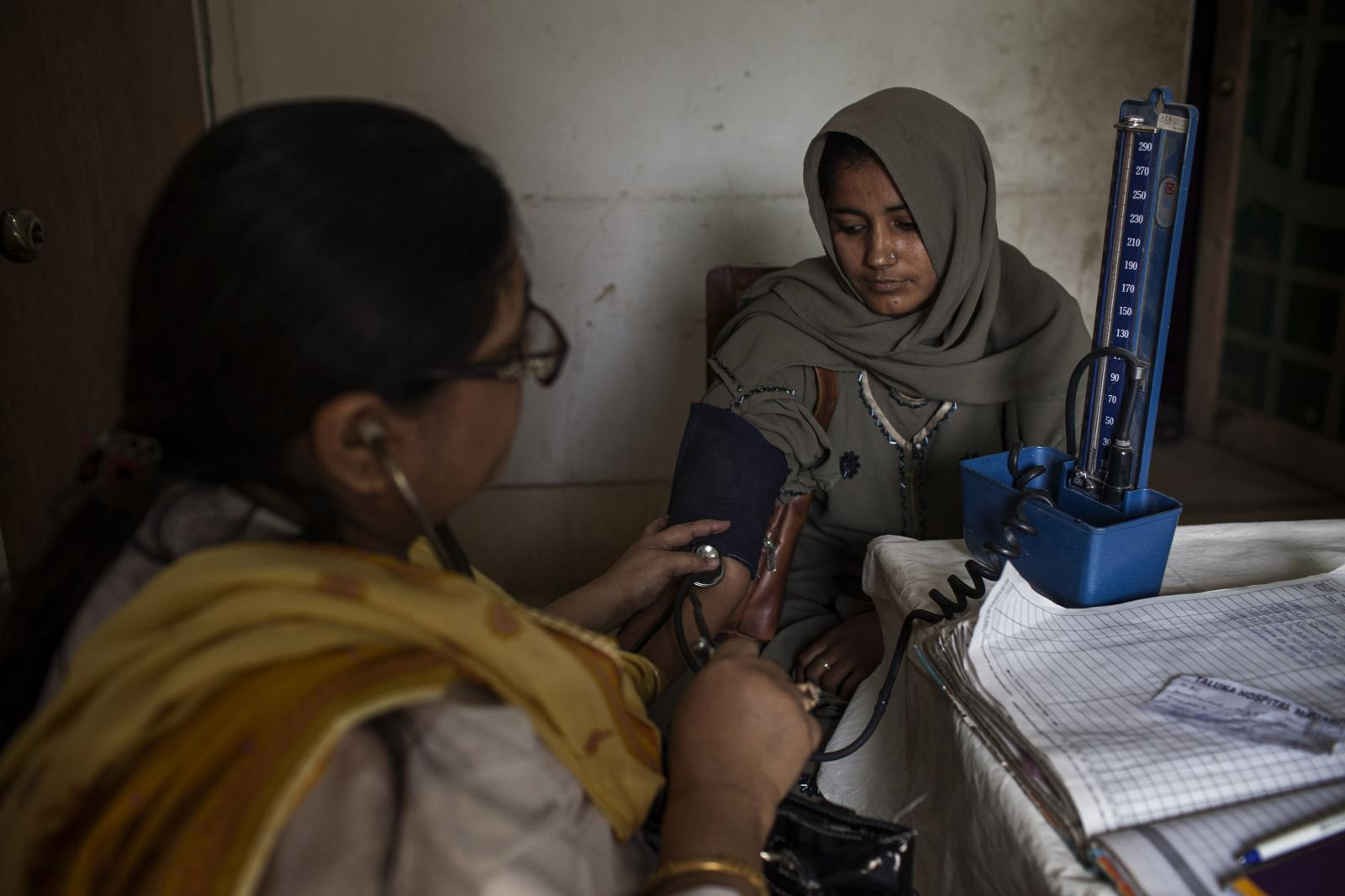 A doctor checks the blood pressure at the Karam Ali Lagariha Hospital, located in Hyderabad province. Poor living conditions, exposure to the cold and lack of access to appropriate hygiene measures are among key factors resulting in thousands of people suffering from acute respiratory infections. Diego Ibarra Sánchez for WHO