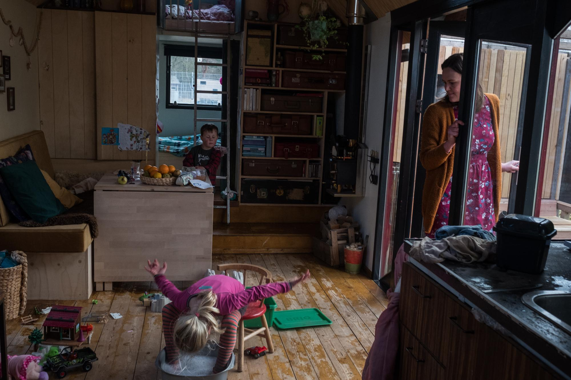 Karin Prins lives in a tiny house of 24 squared meters with her husband Gijsbert and children Berend and Juliëtte.