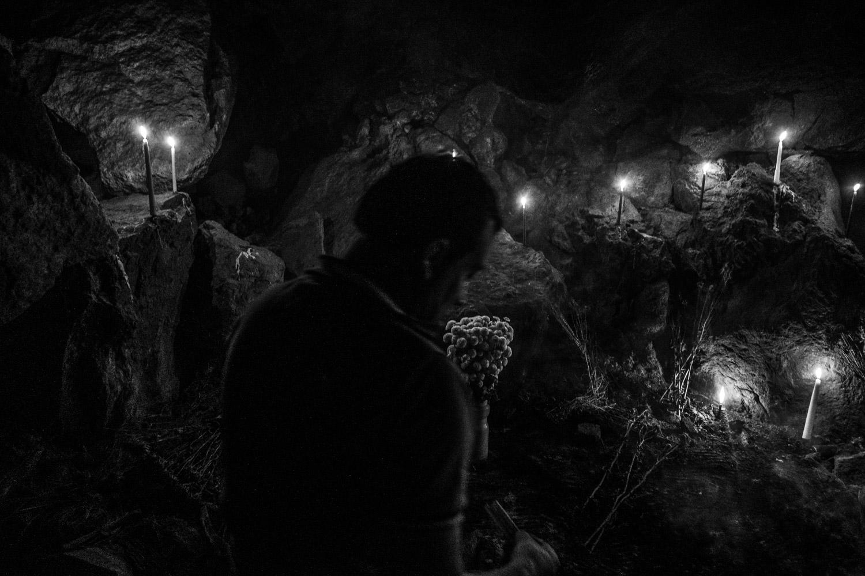 Rito de adoración de la serpiente, que habita una cueva en el terreno de la familia. Mediante esta ceremonia se la agradece y pide protección.