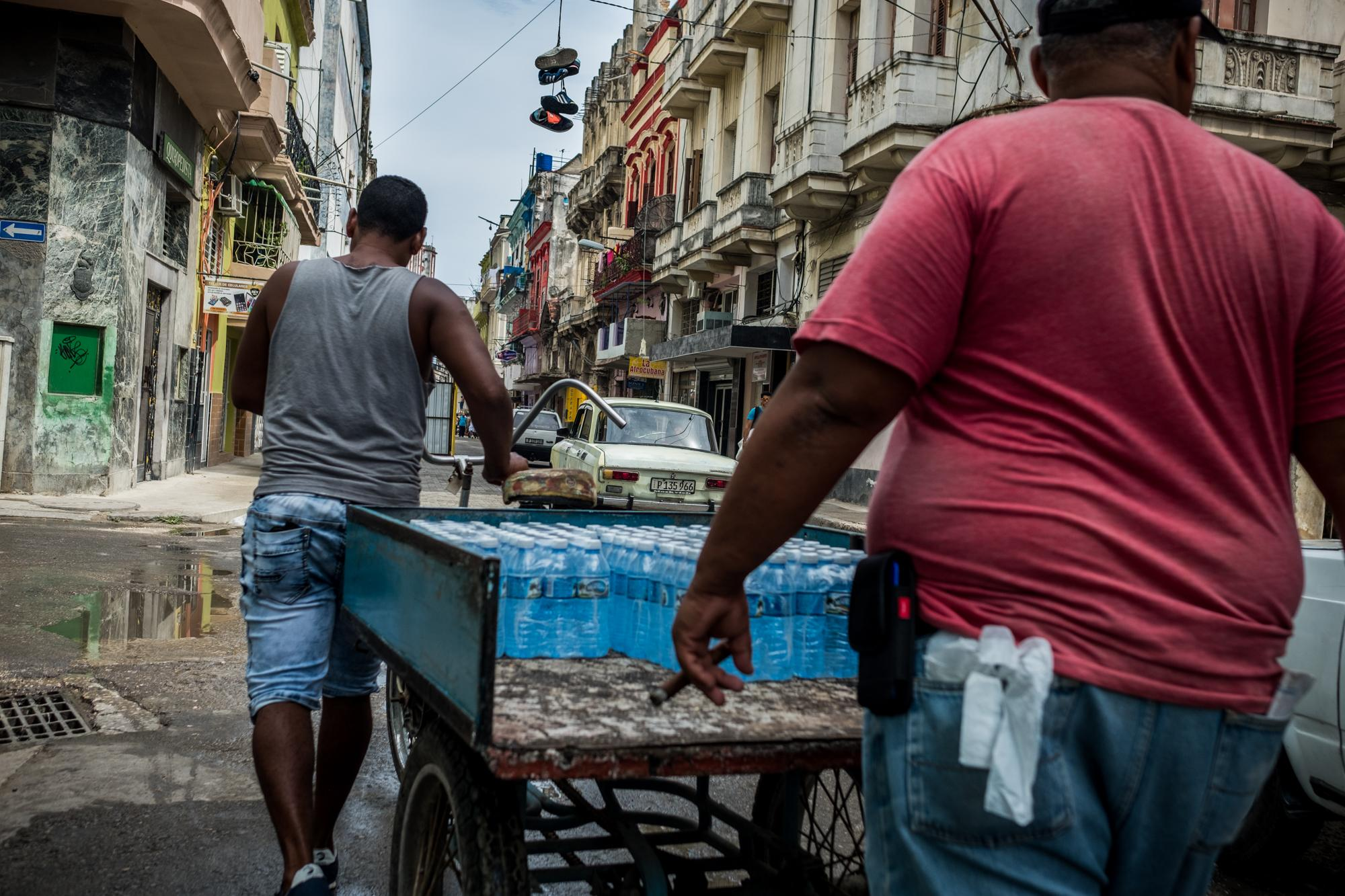 The irregularities in the water supply make clean bottled drinking water a daily necessity. Water is distributed to the -pretty much- empty shops in Central Havana. Havana, 9-4-2019