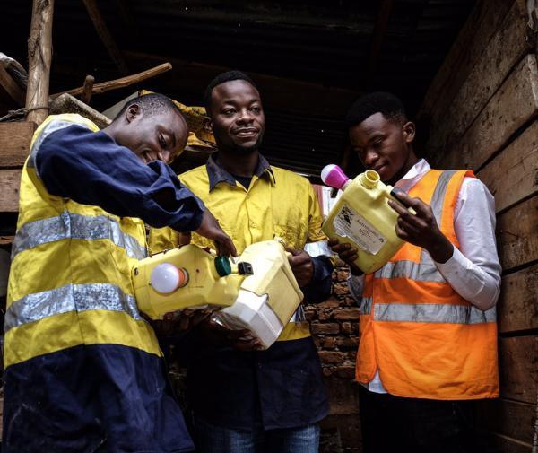 A Bukavu, de jeunes entrepreneurs créent des lampes à longue autonomie